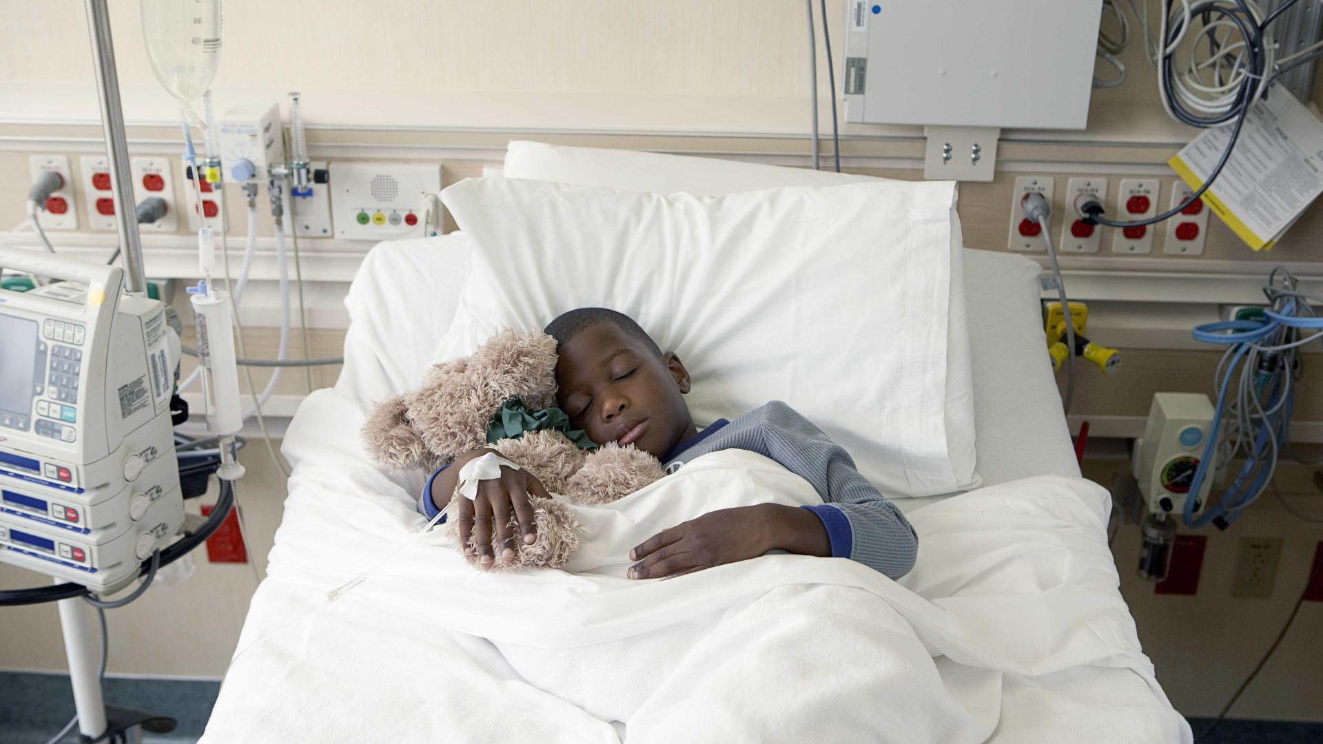 Ouvir história reduz dor de criança na UTI, diz estudo