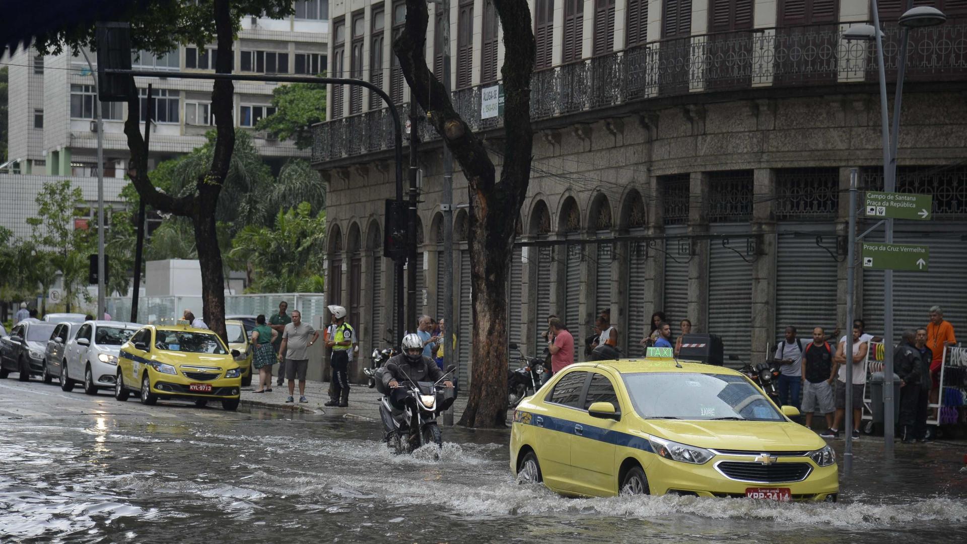 Chuva deixa Rio de Janeiro em estágio de atenção e causa alagamentos
