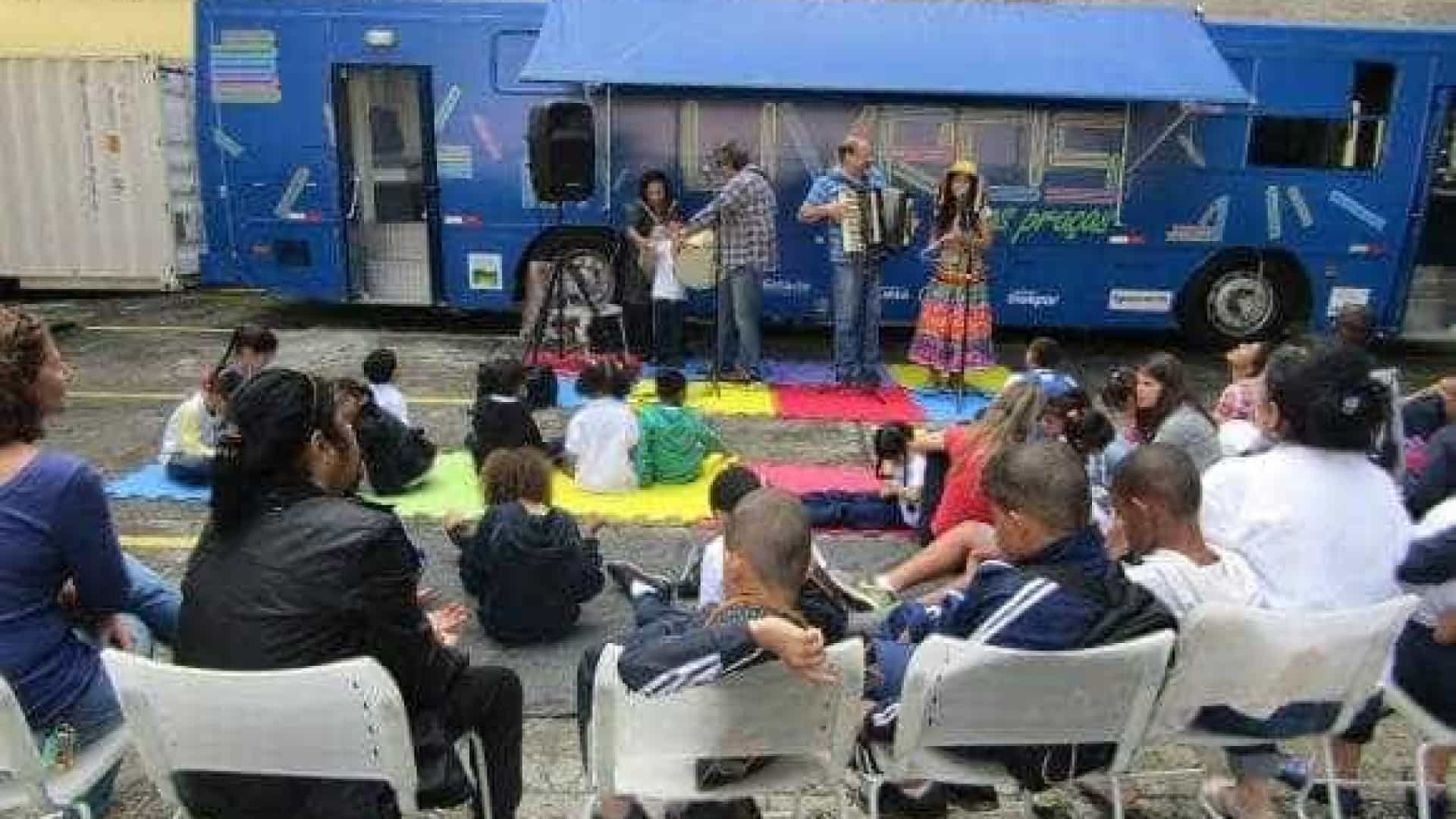Projeto leva biblioteca móvel a comunidades carentes