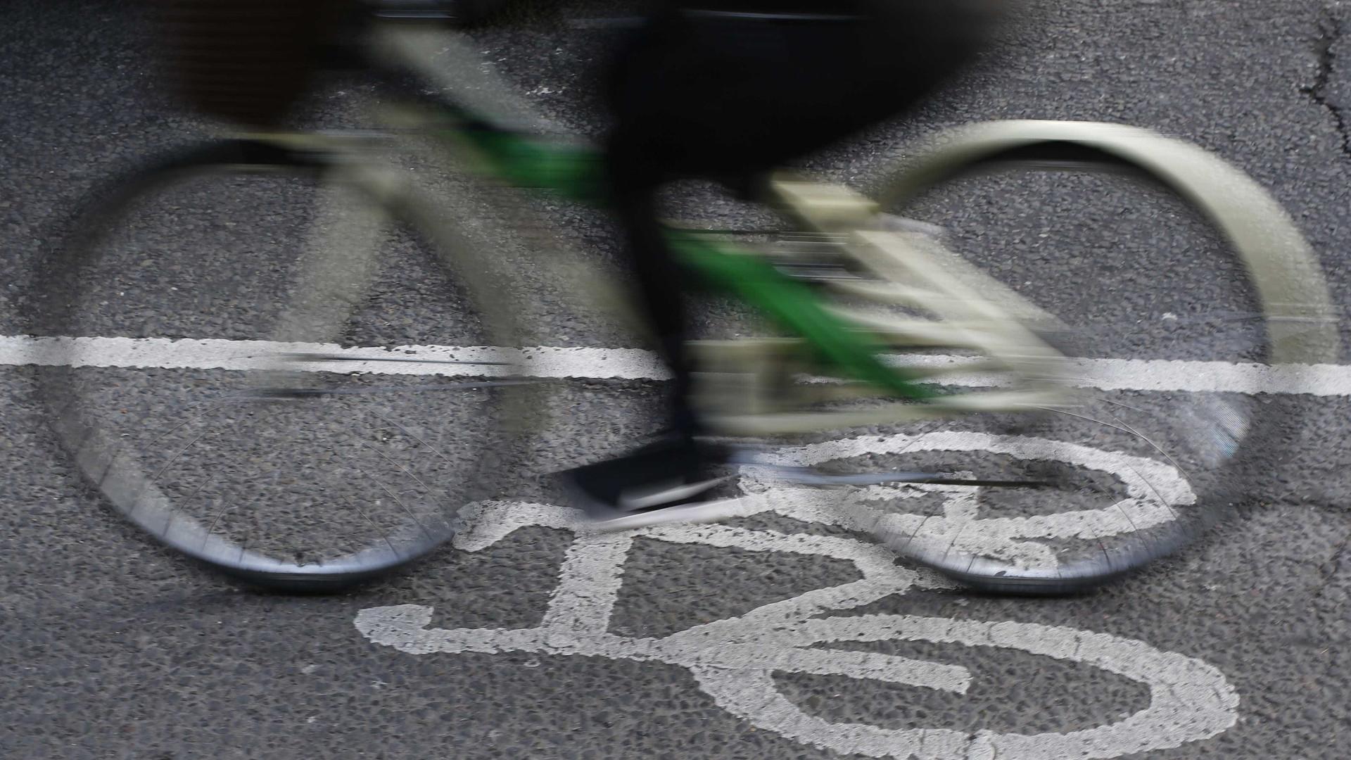 Carro na contramão e em alta velocidade atropela e mata ciclista em BH