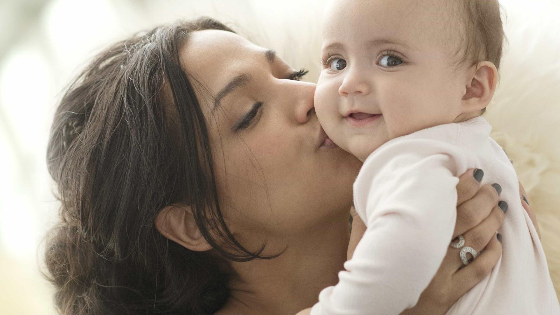 Bebês podem pegar herpes com beijo e caso pode ser grave; entenda