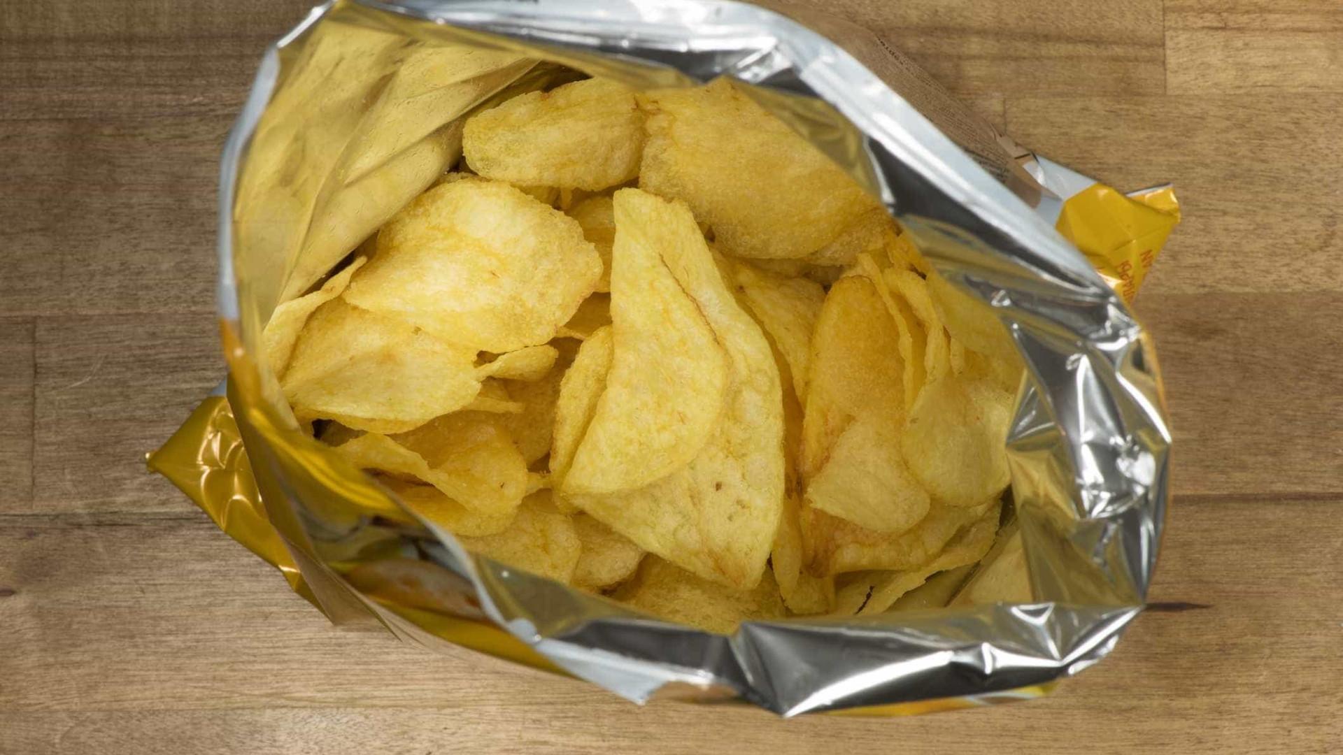 Por que os pacotes de batatas fritas nunca são cheios até o topo?