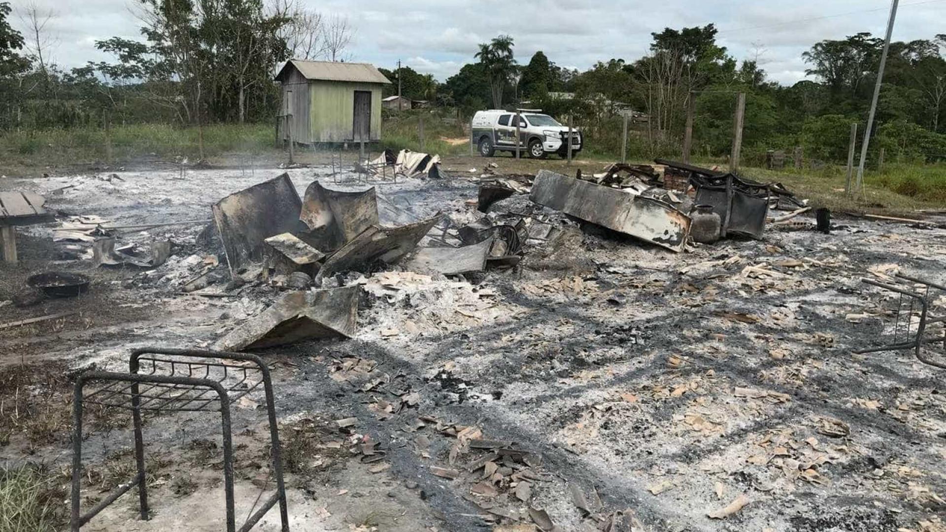 Aluno de 14 anos incendeia escola após professor reclamar sobre atraso