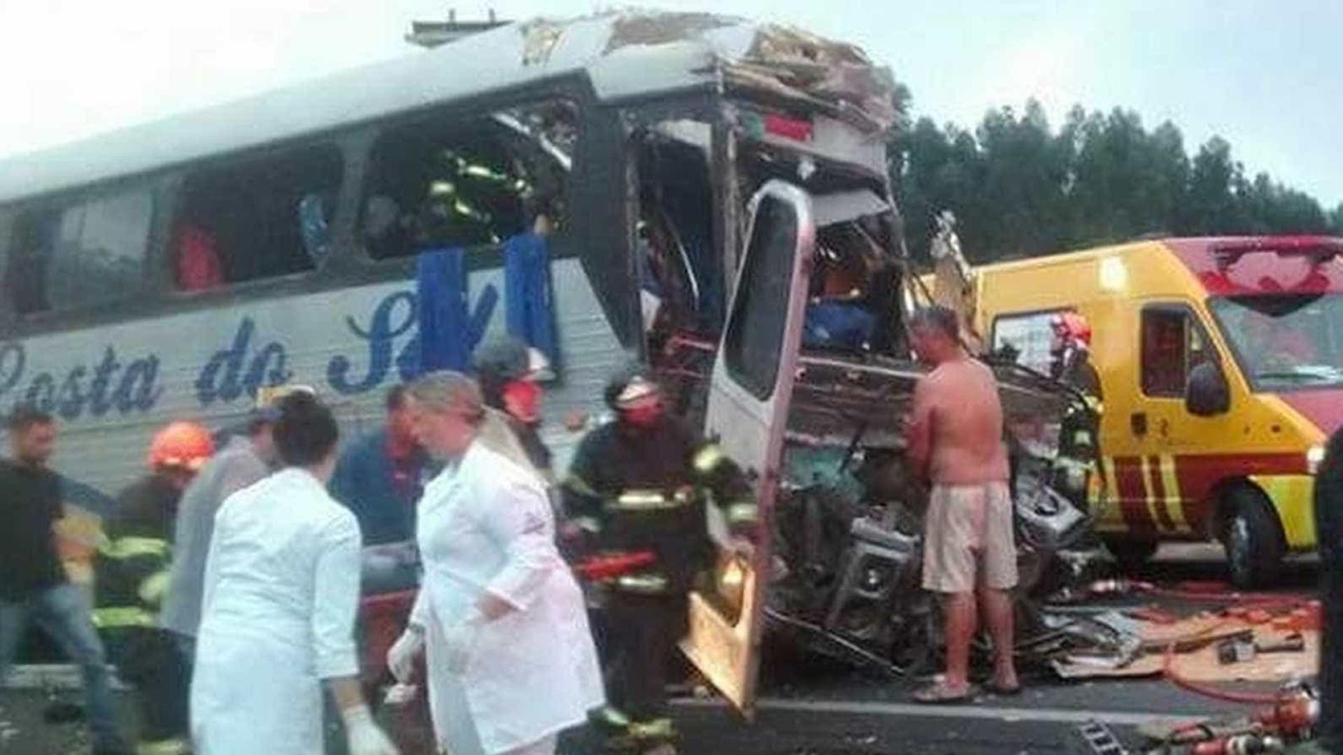 Acidente entre ônibus e caminhão deixa dois mortos no interior de SP
