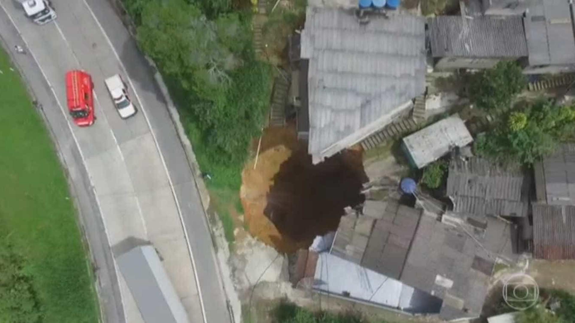 Famílias atingidas por deslizamento em Petrópolis recebem ajuda