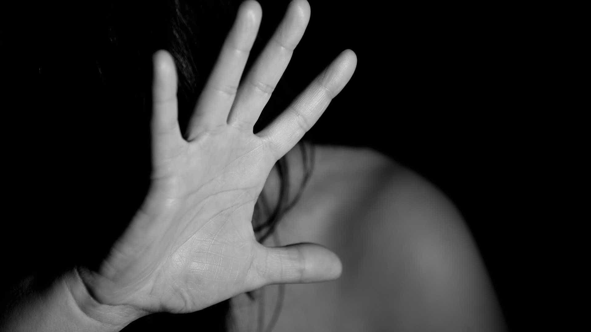 Filho morde barriga de ladrão para proteger mãe de assalto
