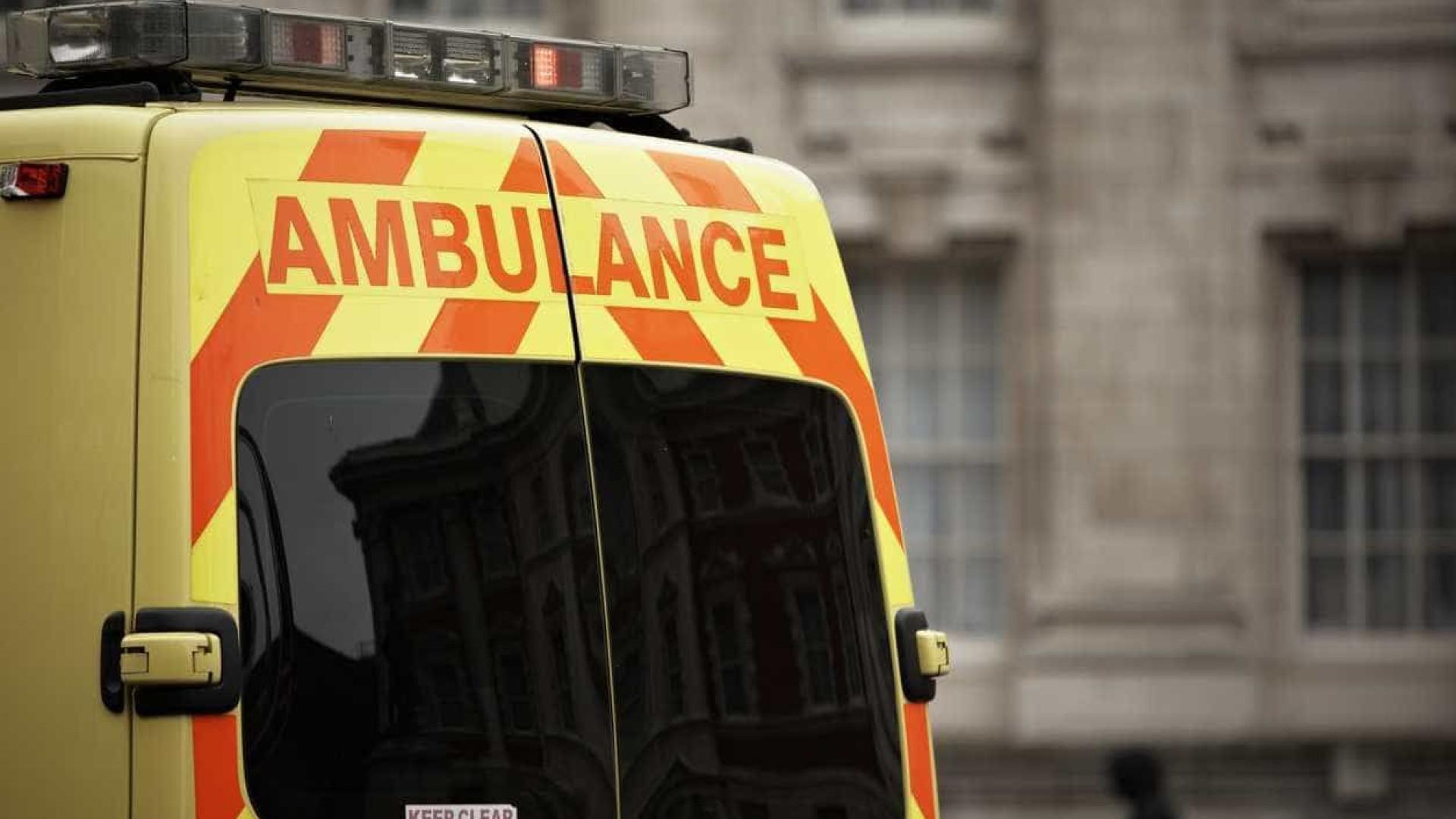 Londres transforma ônibus em ambulâncias para transportar doentes