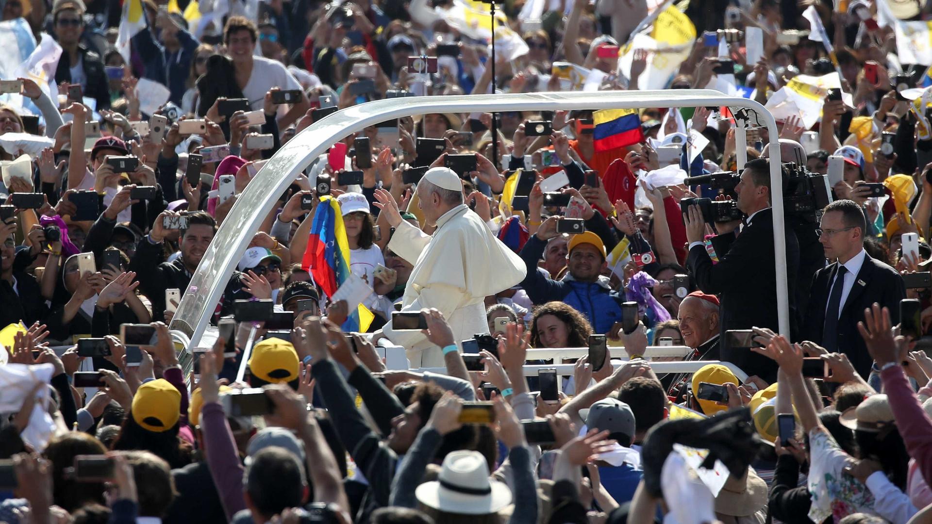 Papa Francisco é atingido no rosto por jornal em passeio de papamóvel