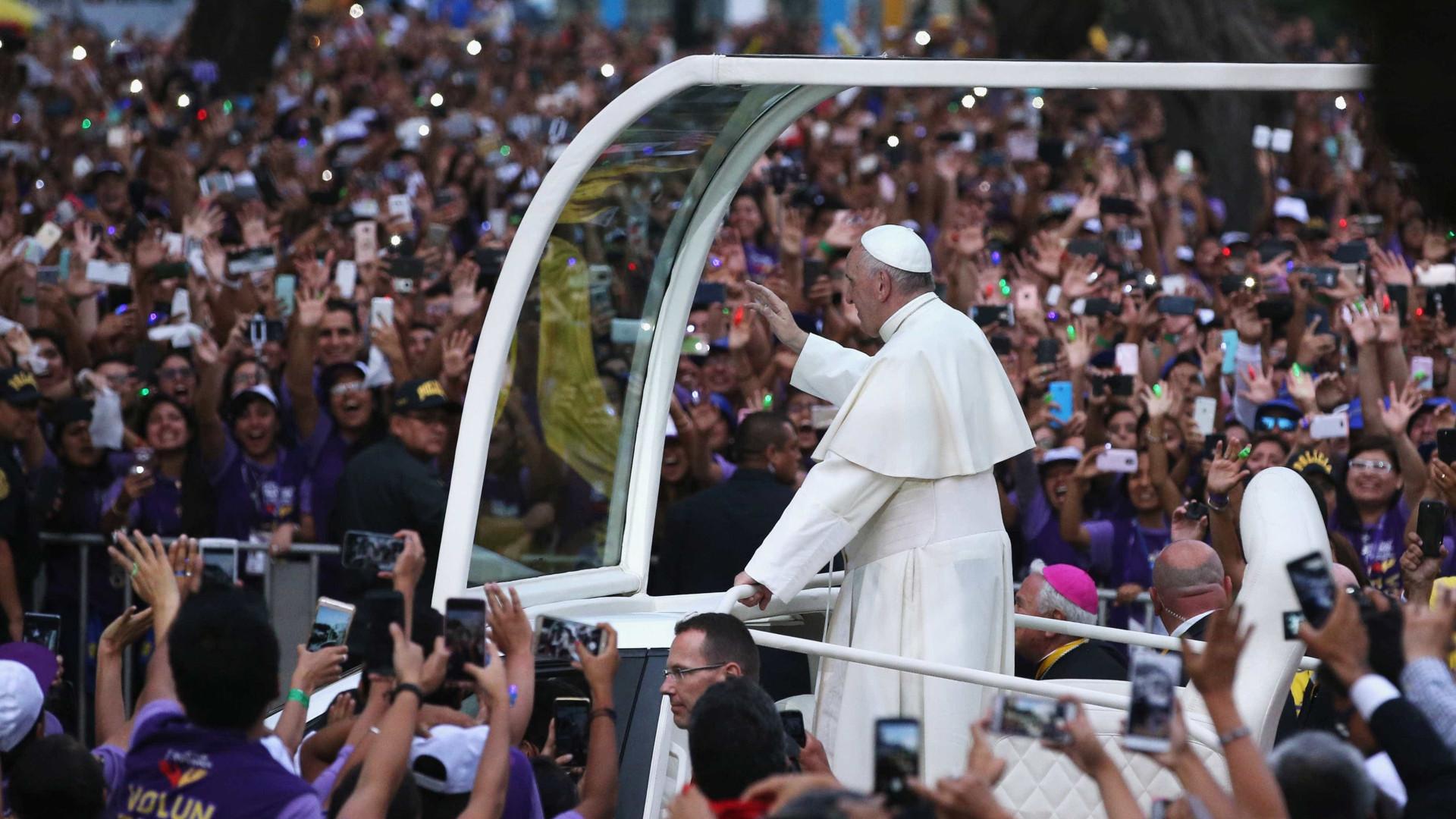 Papa Francisco é recebido por multidão em Lima