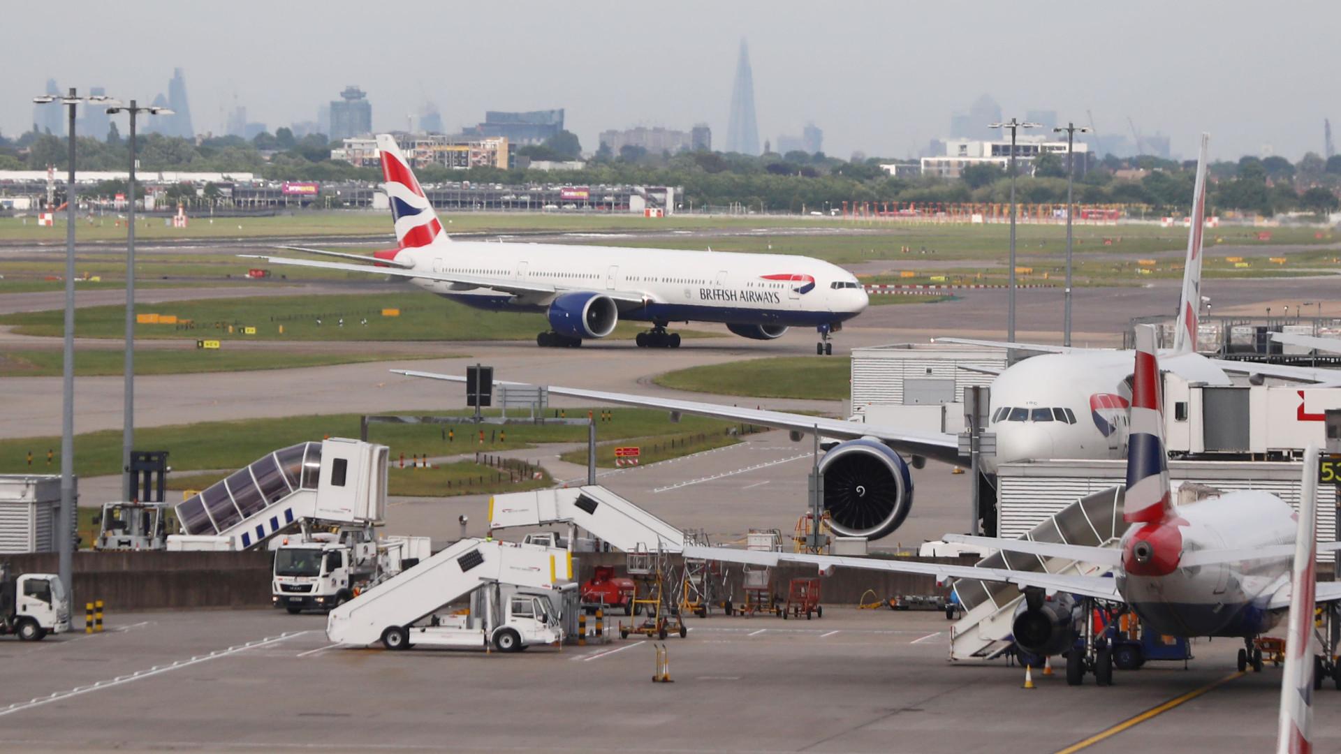 Avião arremete por conta de ventania em Londres; assista