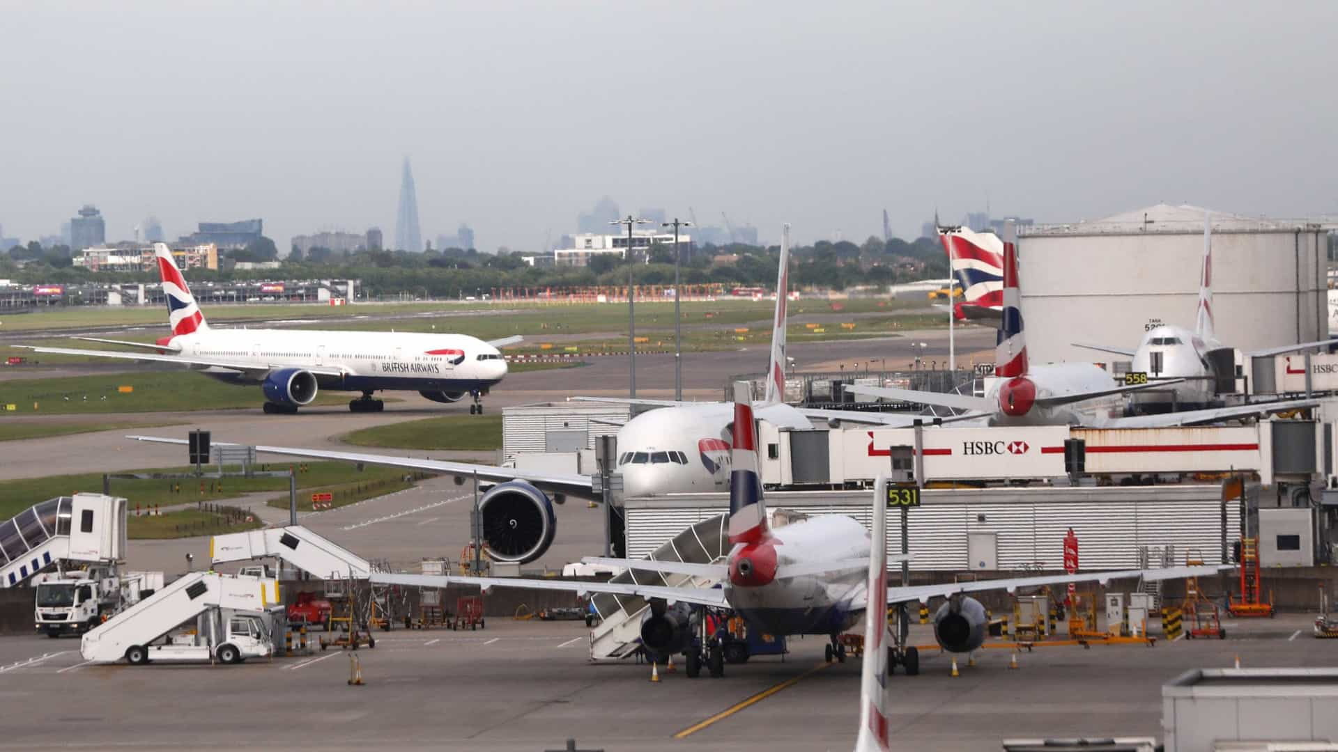 Acidente entre dois aviões causa caos em aeroporto de Londres