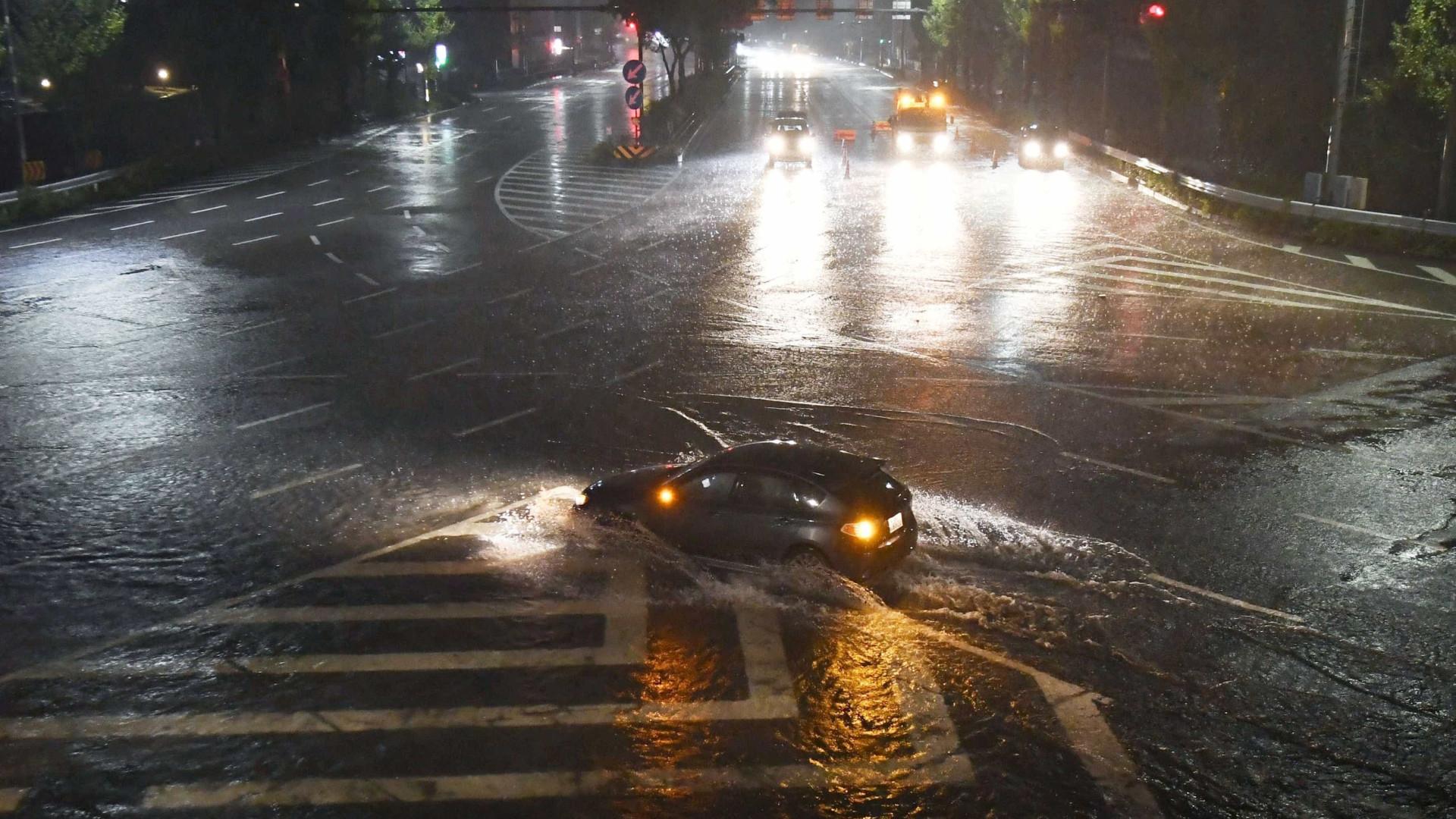 Rio de Janeiro viveu noite de alagamentos e engarrafamentos