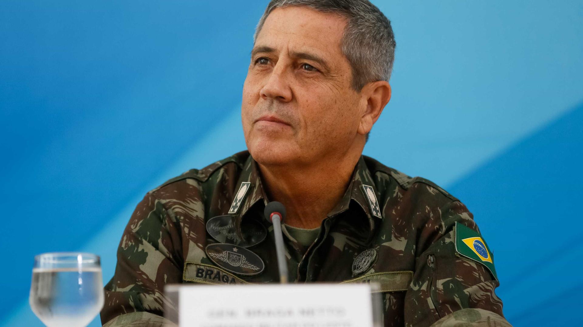 Comandantes militares colocam cargos à disposição e descartam golpismo