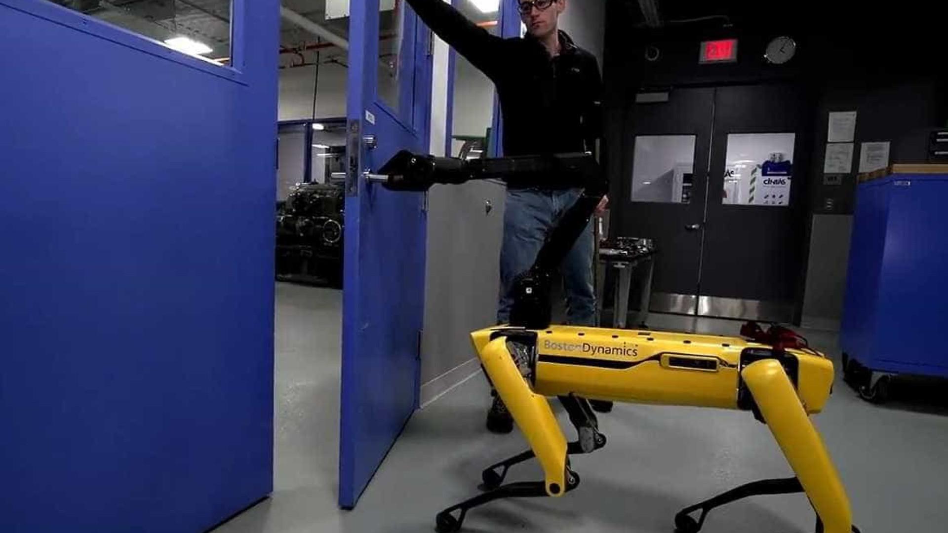Em vídeo, robô tenta abrir porta enquanto é 'maltratado' por cientista