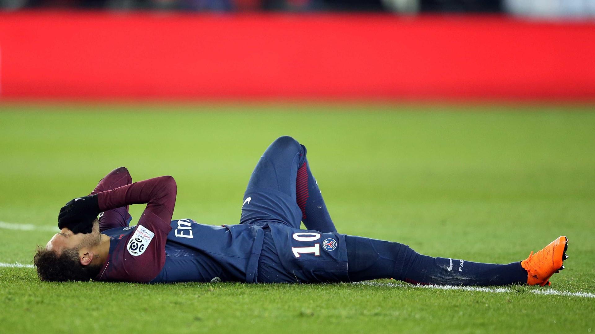 Neymar chega de cadeira de rodas; prazo para volta pode ser maior