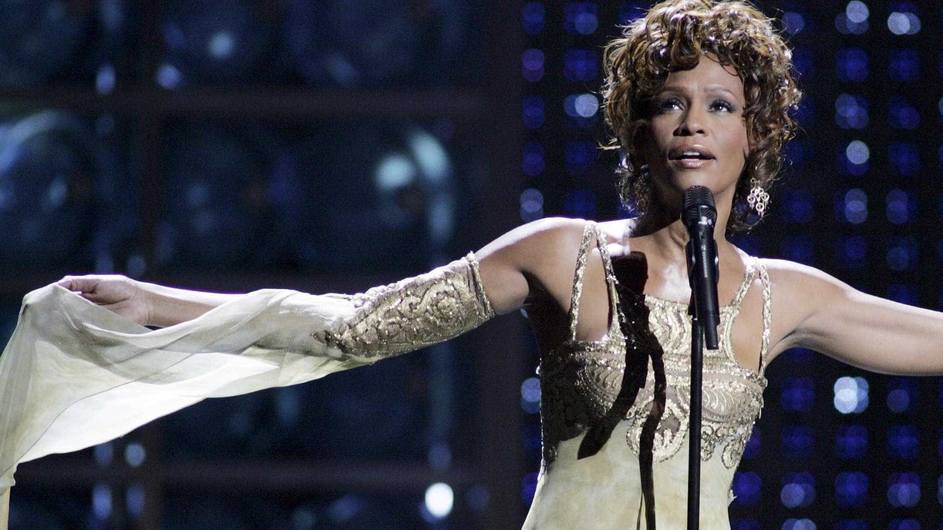 Amiga de Whitney Houston afirma que teve relações sexuais com a cantora