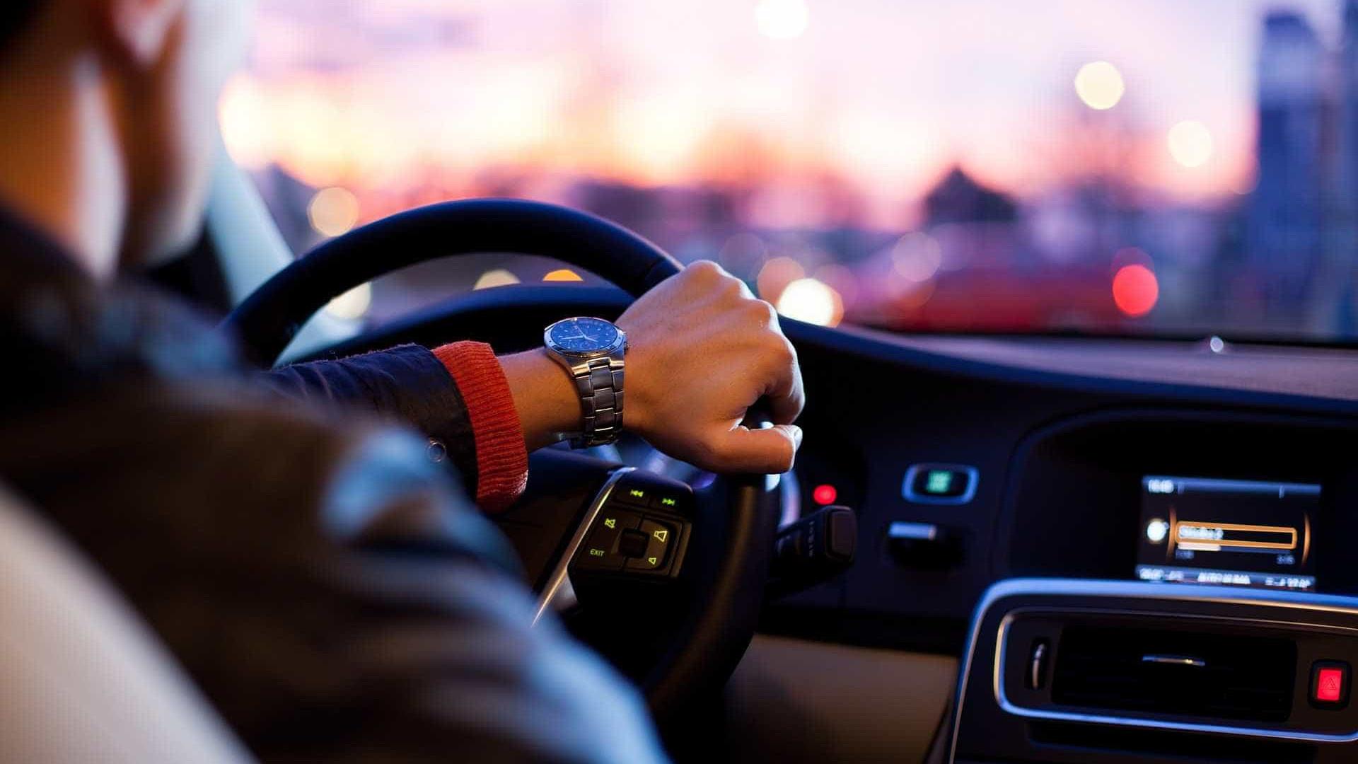 Ladrão rouba carro de motorista de app e estupra passageira