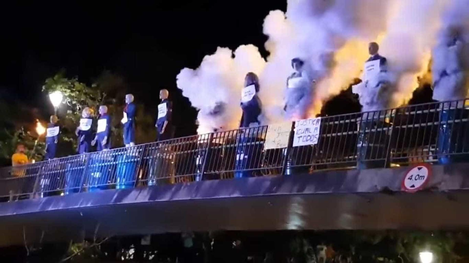 Manifestantes queimam bonecos que representavam ministros do STF