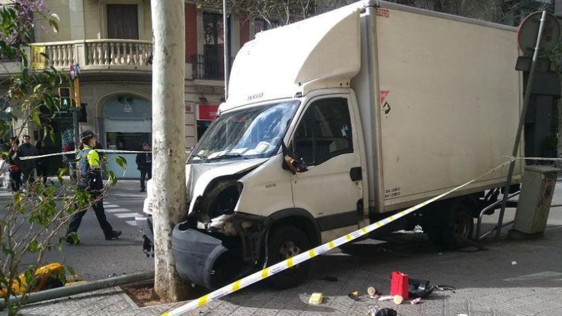 Caminhão atropela seis pessoas no centro de Barcelona