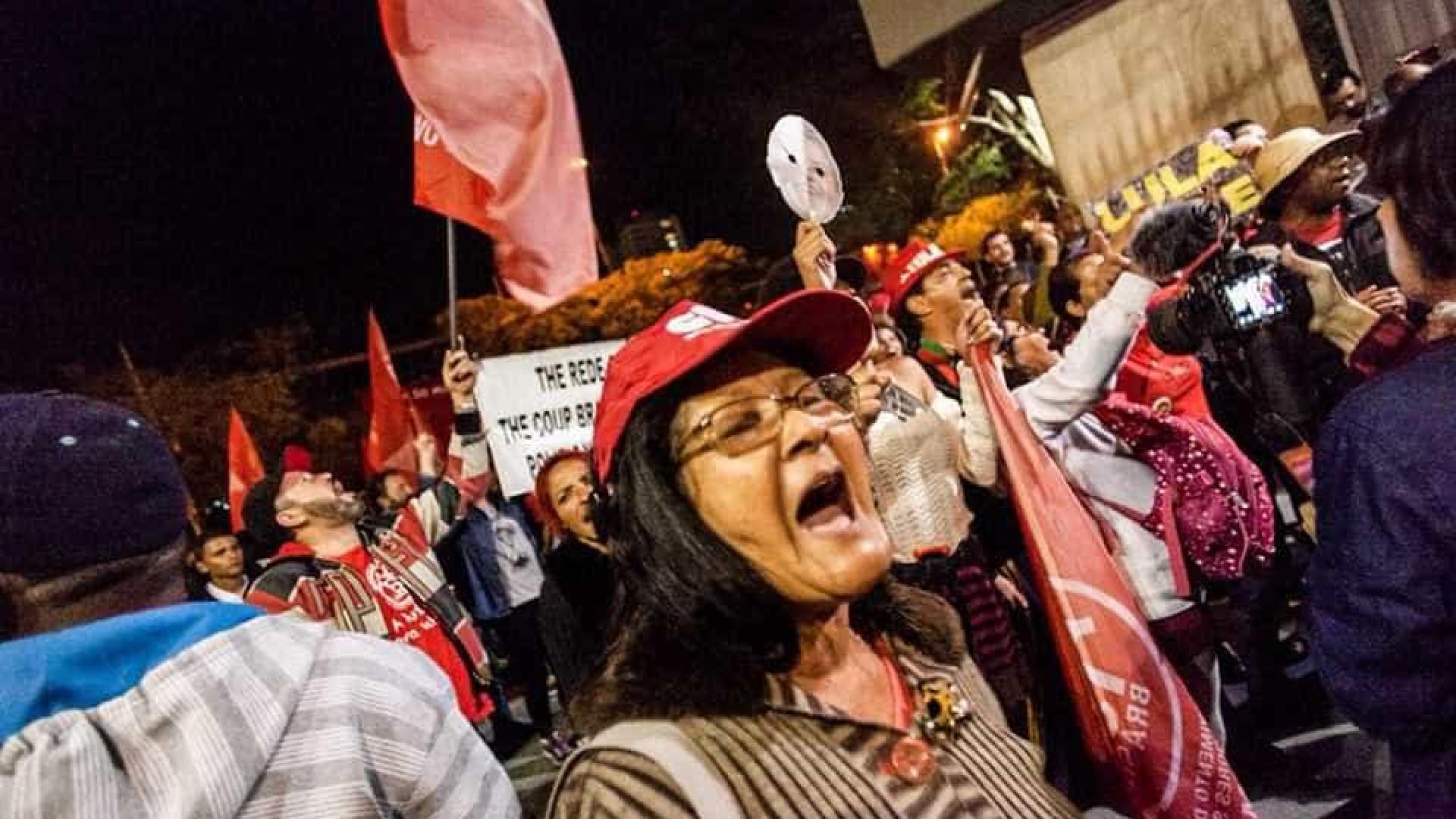 Manifestantes fazem ato na Globo SP e culpam mídia pela prisão de Lula