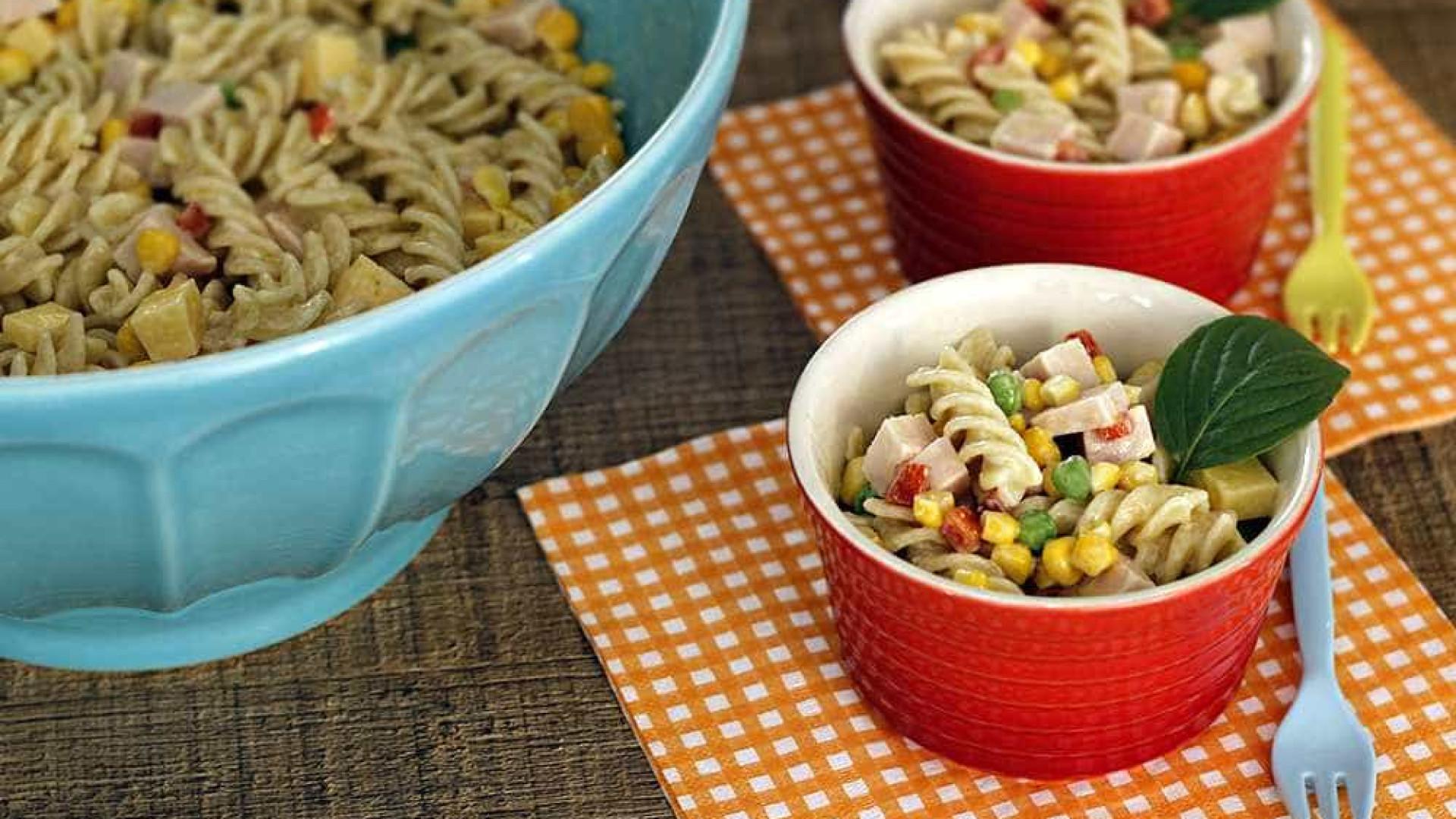 Aprenda 2 receitas simples de salada de macarrão