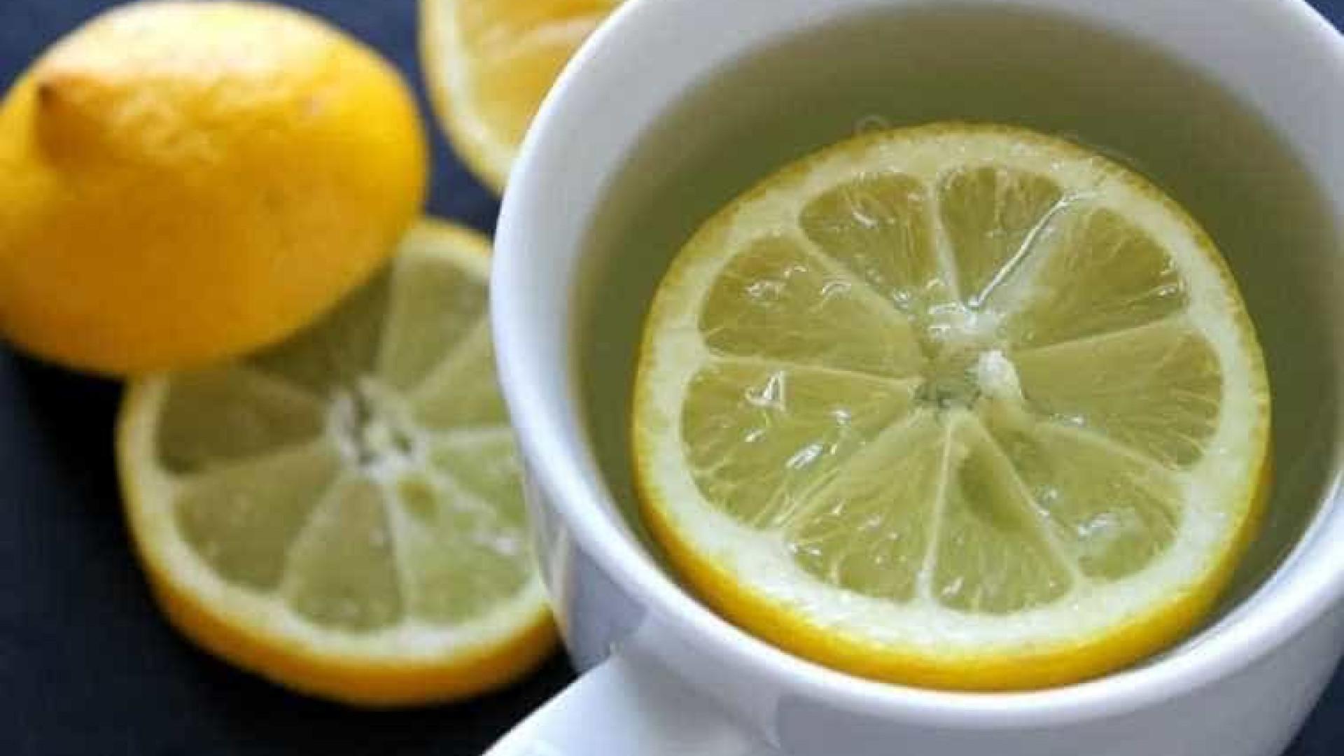 Água morna com limão ajuda a emagrecer; mito ou verdade?