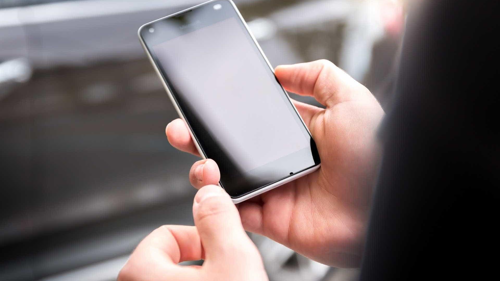 Homem furta celular e aparelho toca quando ele é abordado pela PM