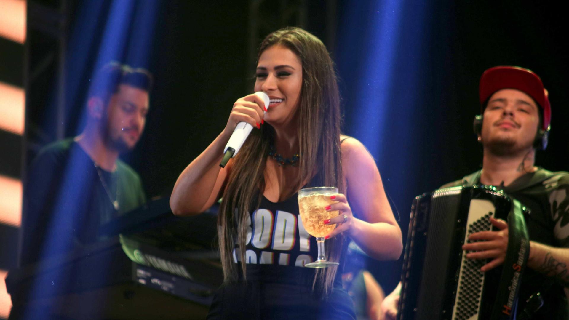 'Alô Boca Rosa', grita Simone ao cantar música sobre traição de amigas