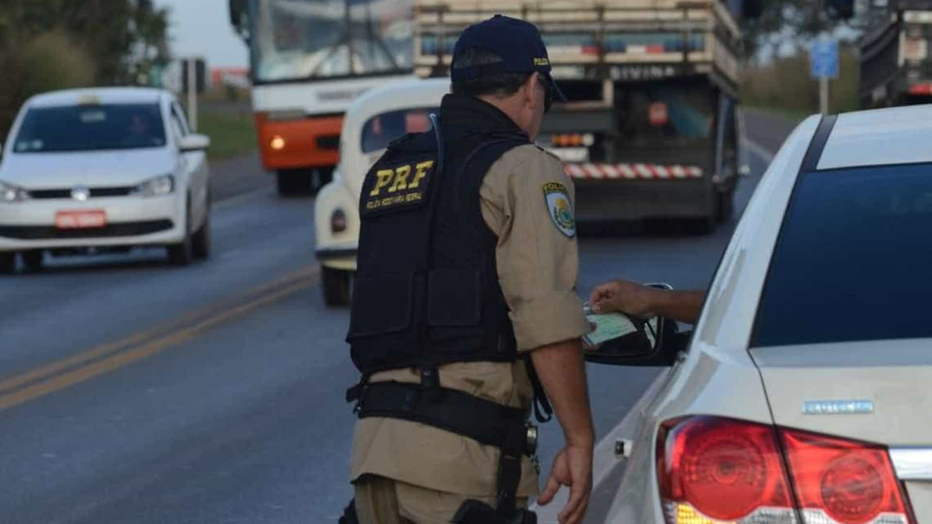 Polícia flagra carro carregado de joias, arma e munições no interior de SP