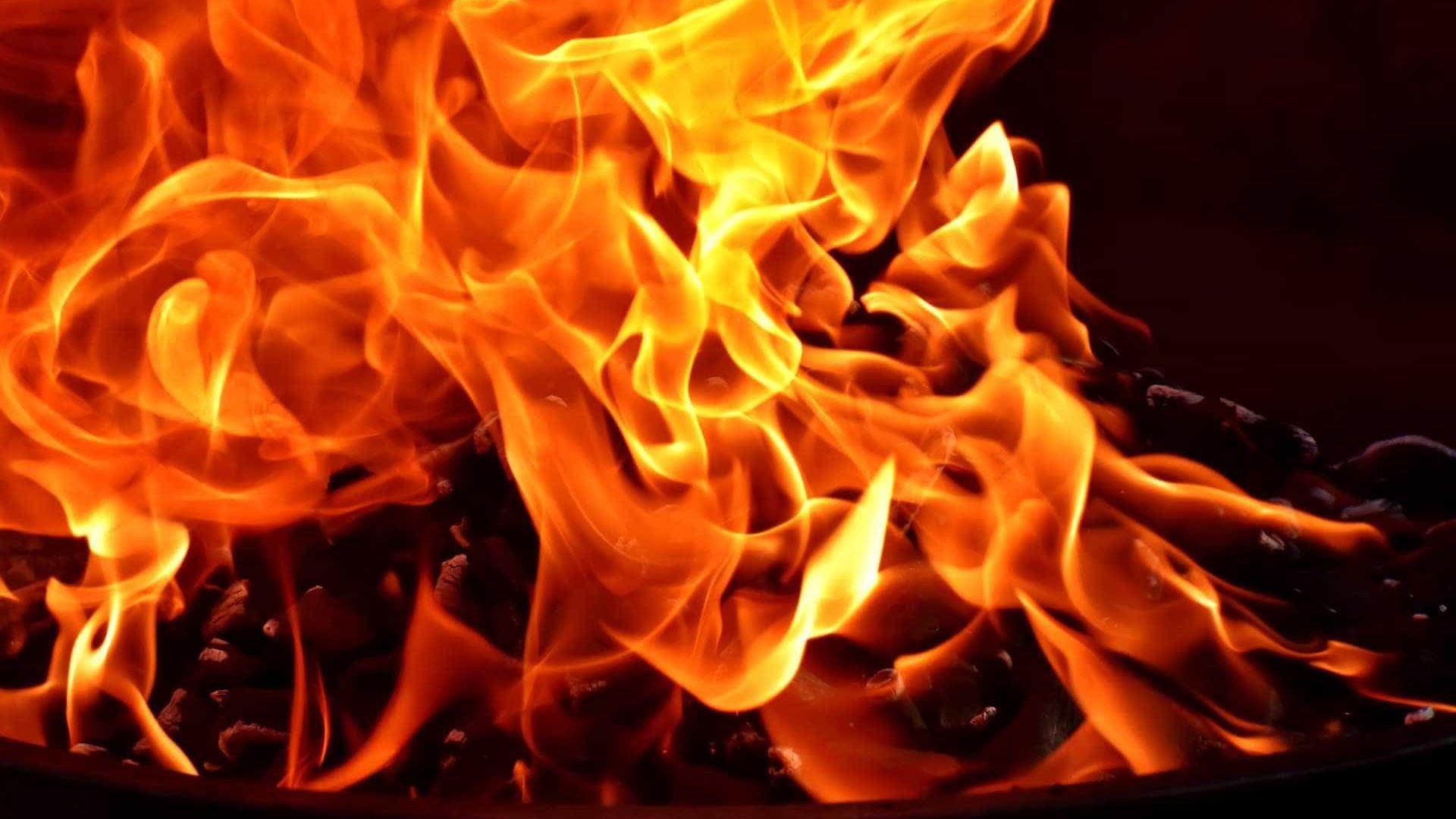 Com bebê no colo, homem pula de prédio para fugir de incêndio em SP