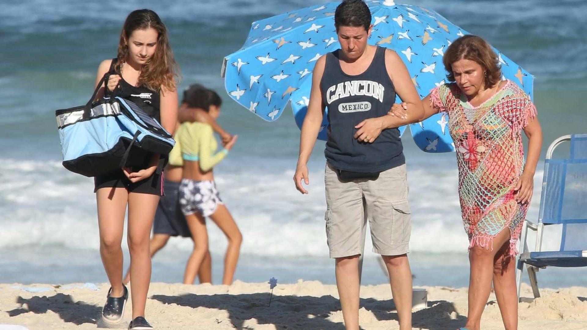 Em tratamento, Claudia Rodrigues é vista na praia de Ipanema