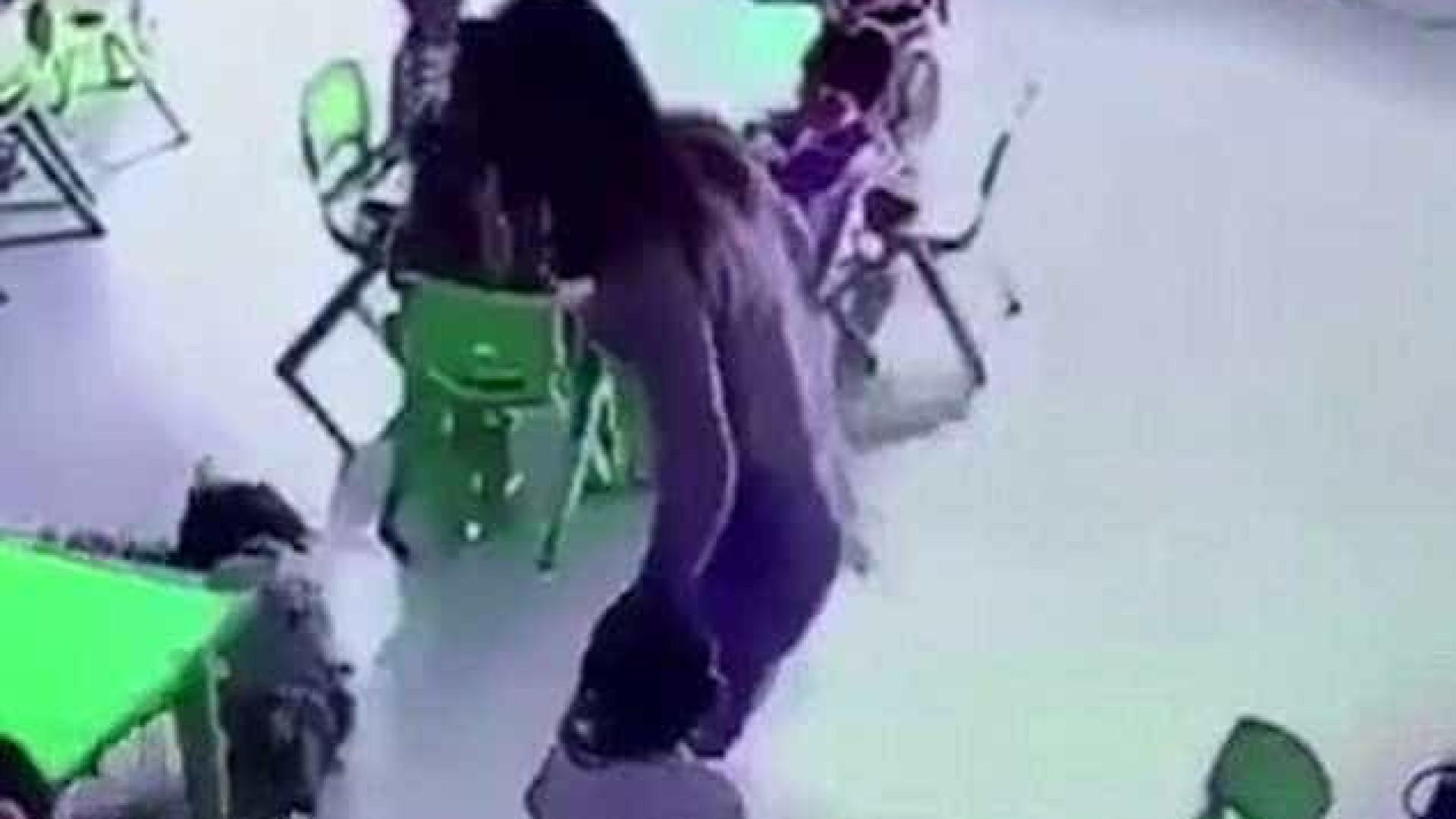Professora de creche puxa a cadeira para que criança caia; veja