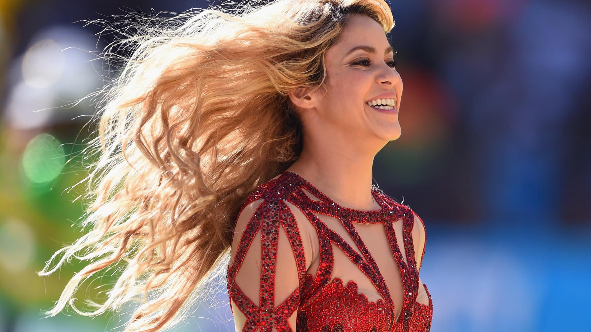 Shakira volta ao look de início de carreira e surge morena