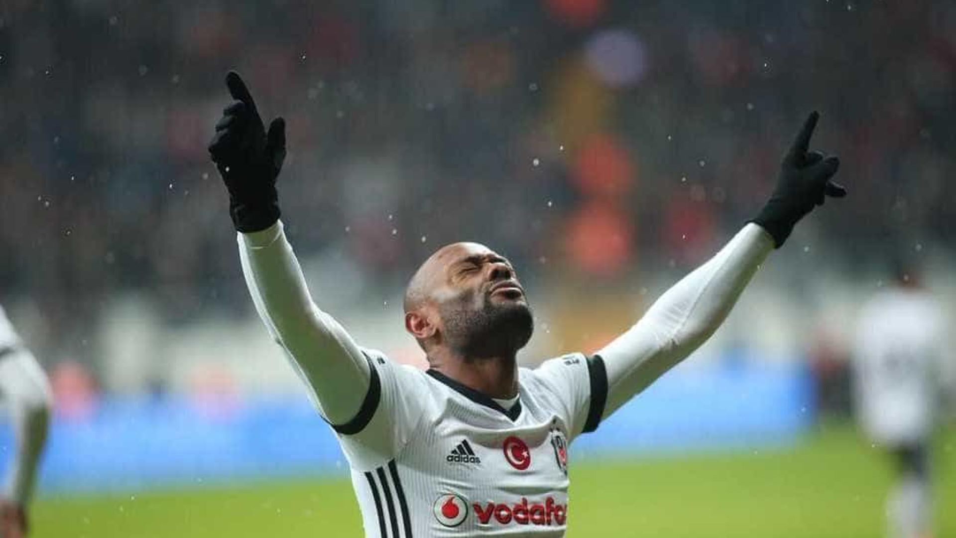Vagner Love se distancia do Flamengo