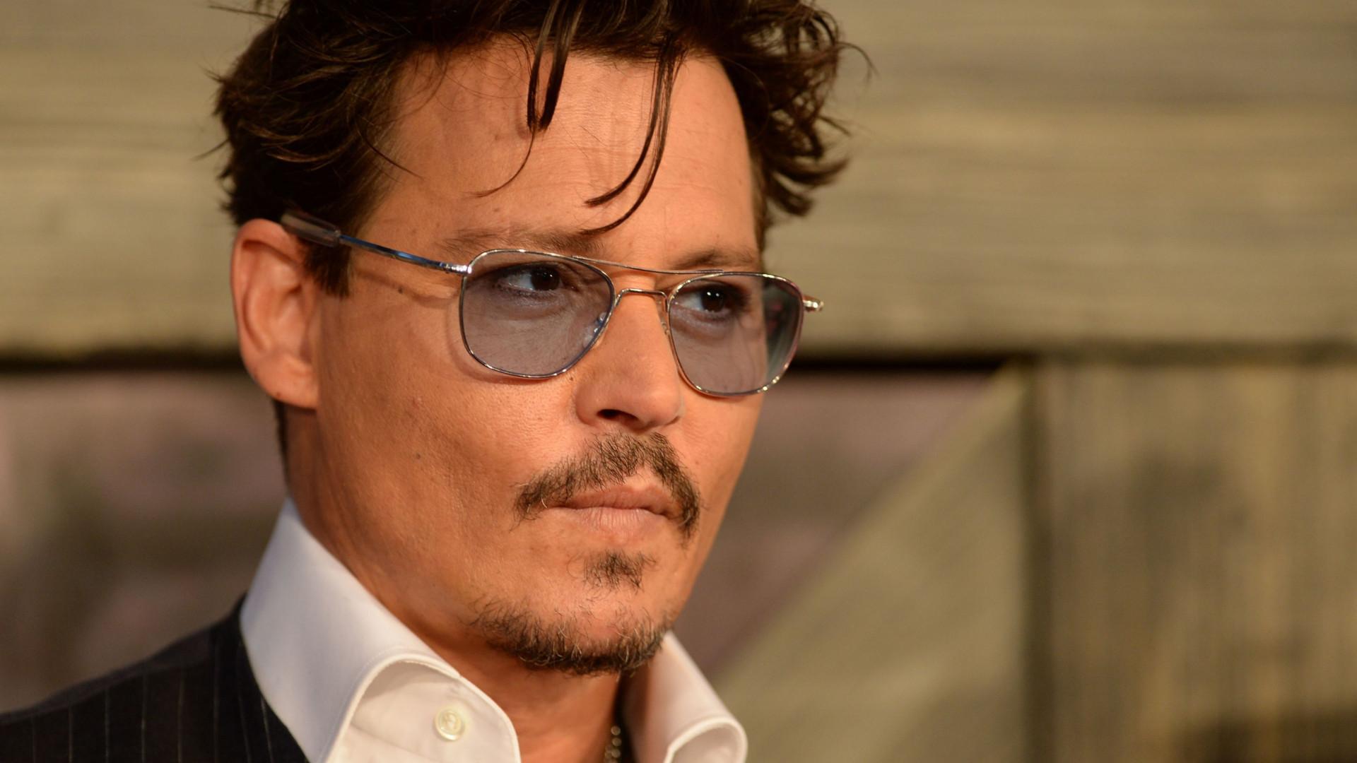 Johhny Depp posta foto irônica atrás das grades para receber prêmio