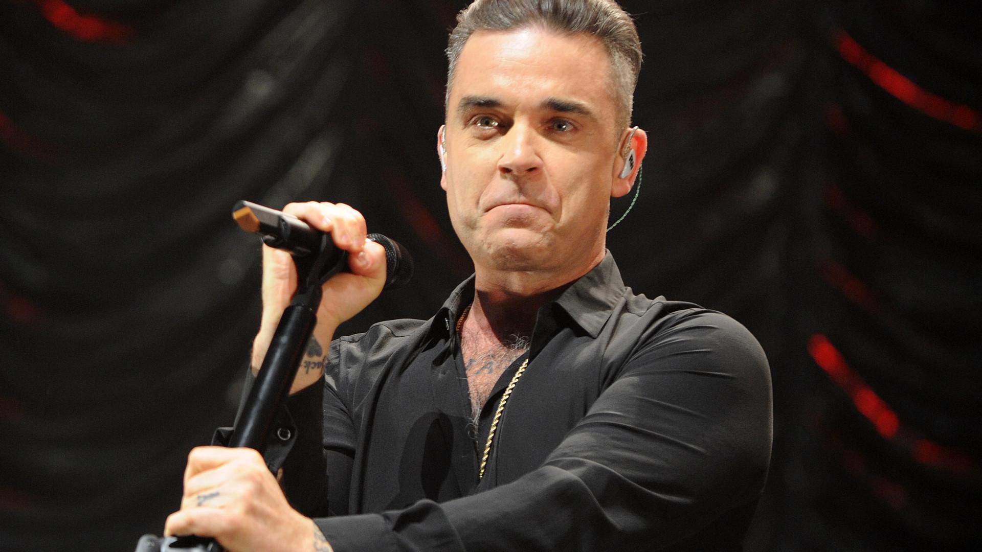 Robbie Williams confessa que mudou de visual por estar perdendo cabelo