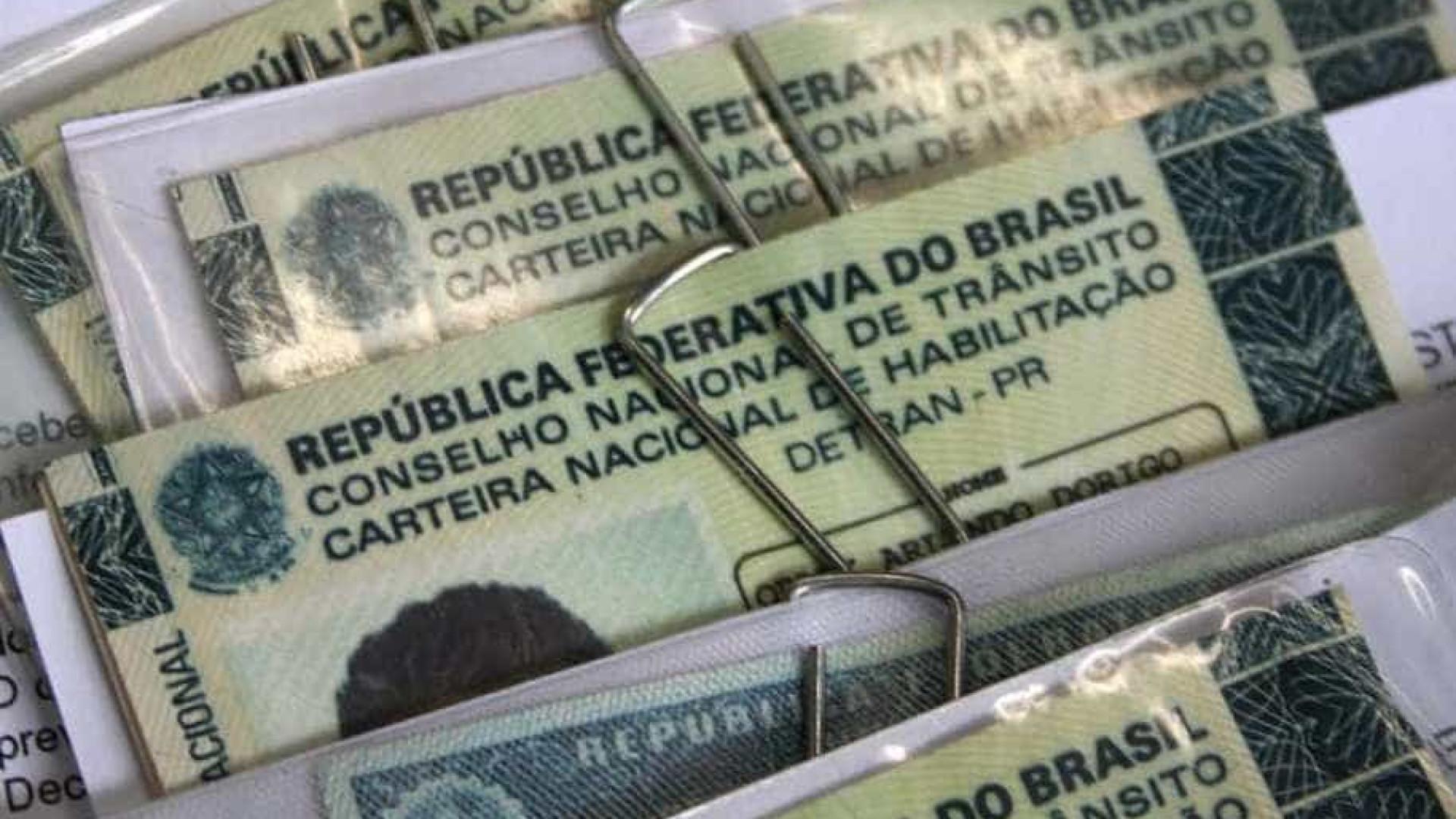 Bolsonaro entrega projeto que dobra limite de pontos da CNH