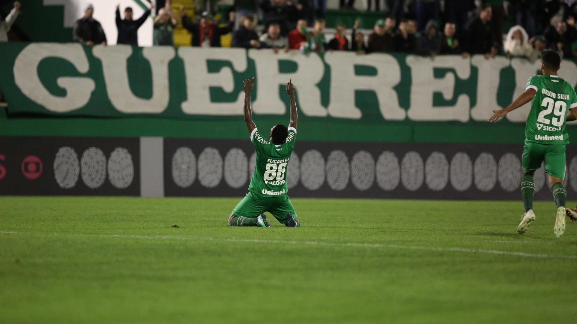 Chapecoense marca nos acréscimos e vence Atlético-MG
