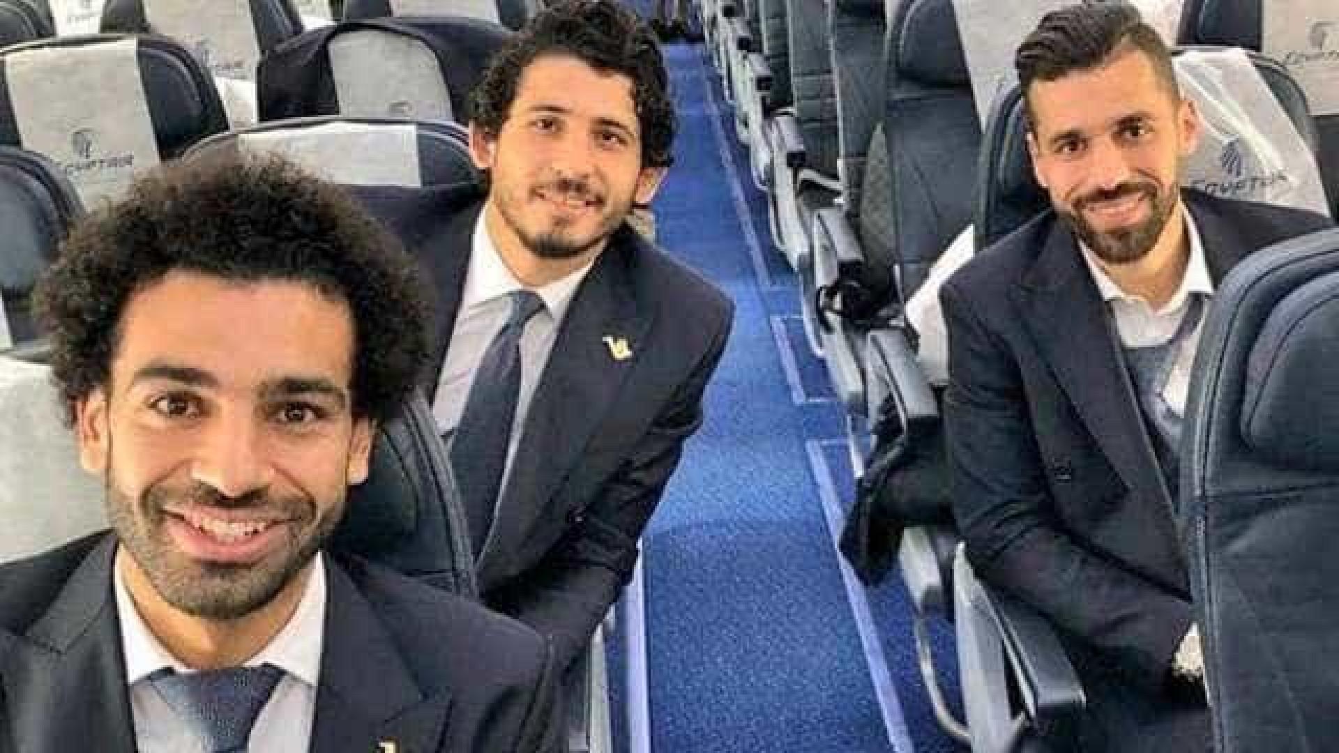 Salah embarca para a Rússia sorridente ao lado de companheiros