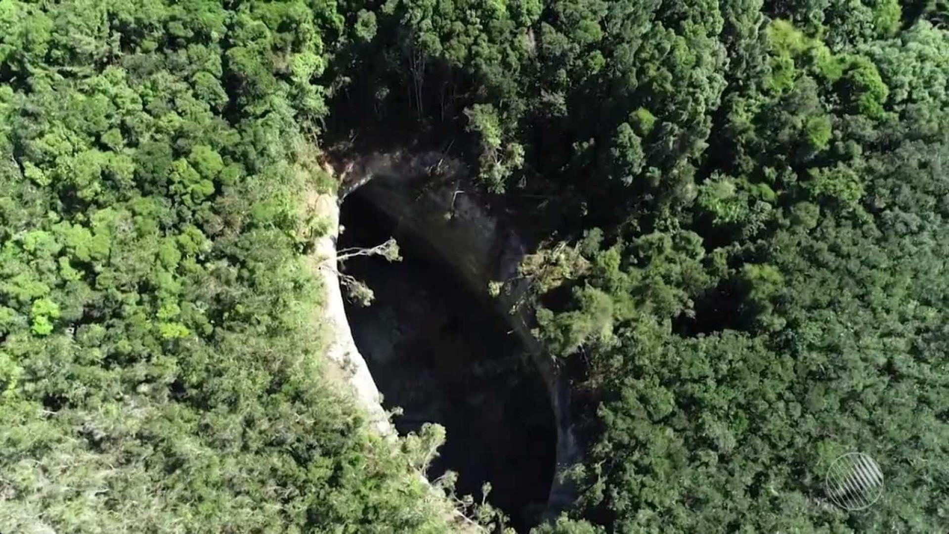 Cratera de causa desconhecida cresce quase 3 metros em 7 dias na BA