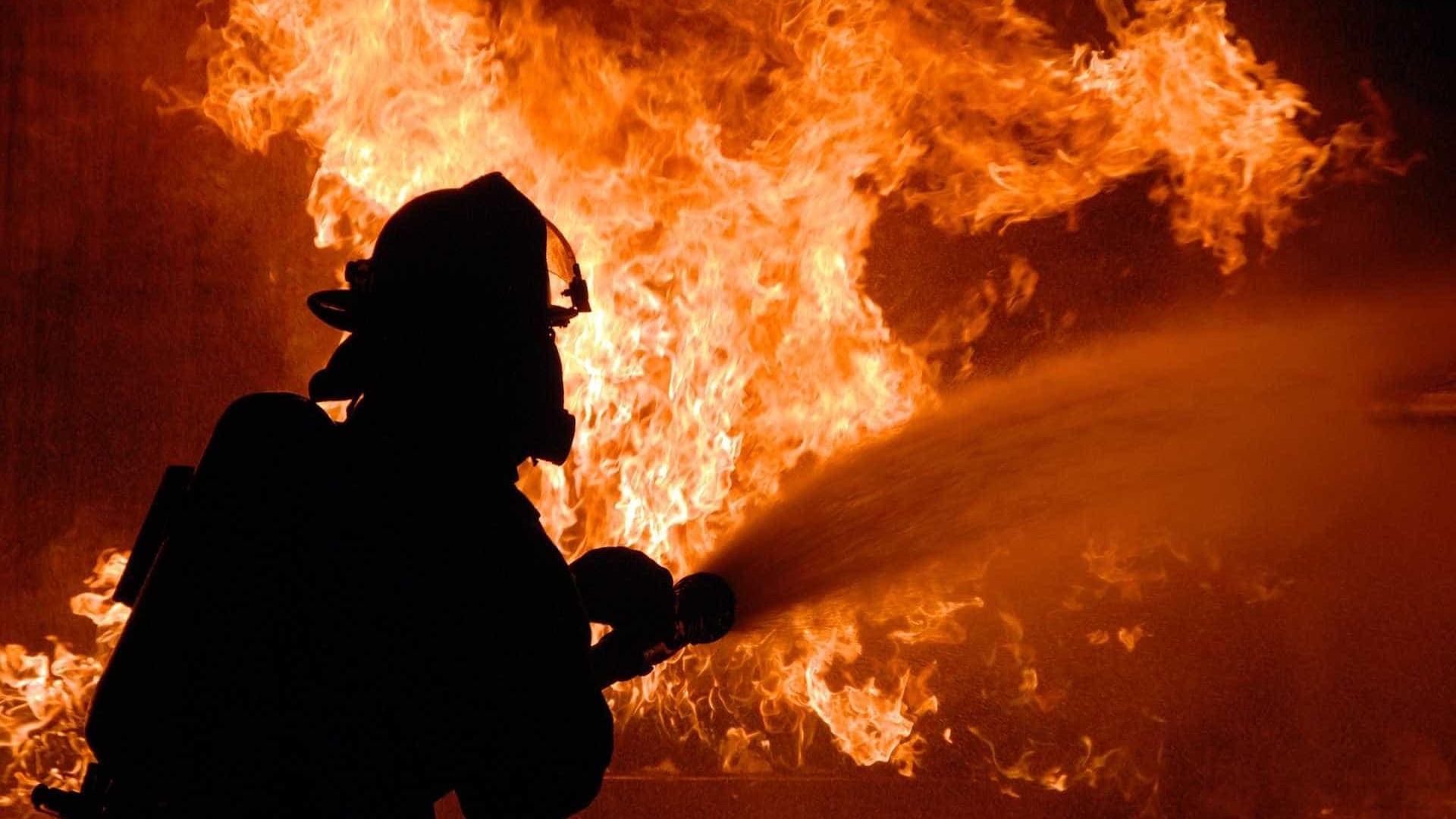 Incêndio destrói 300 casas em área de invasão na periferia de Curitiba