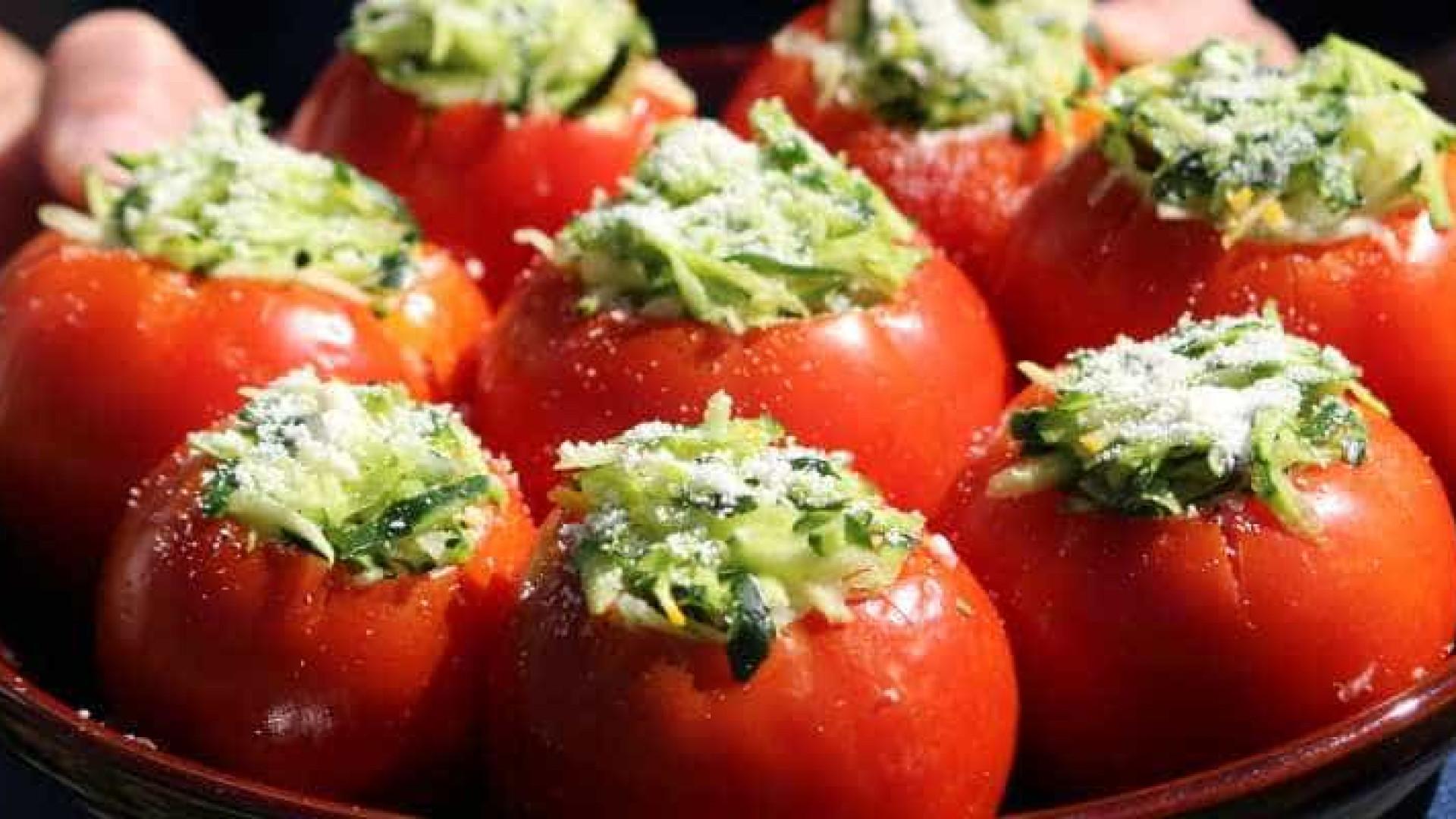 Aprenda a fazer tomate recheado com abobrinha para um almoço leve