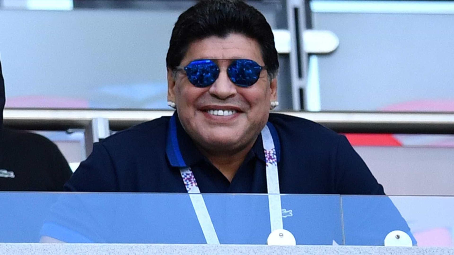 Maradona se oferece para treinar Argentina de graça