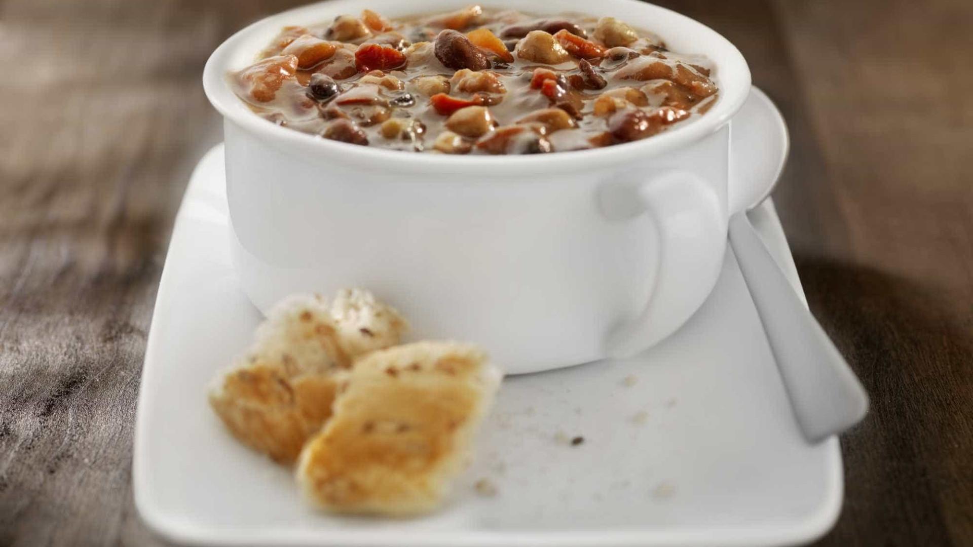 Aprenda a preparar uma sopa de feijão especial para as crianças