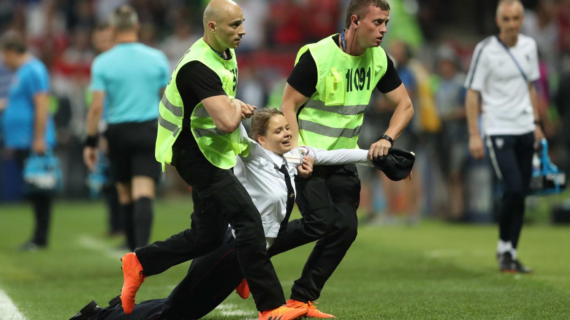 Grupo punk Pussy Riot invade final da Copa em protesto contra Putin