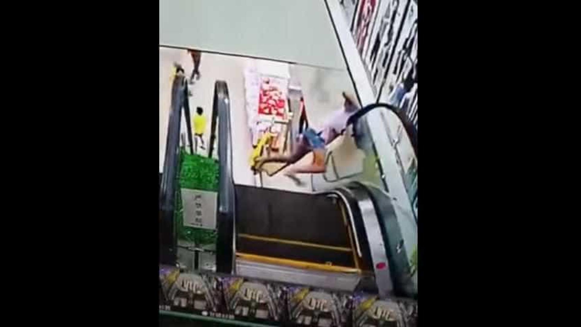 Adolescente passa sufoco ao prender a cabeça em escada rolante; veja