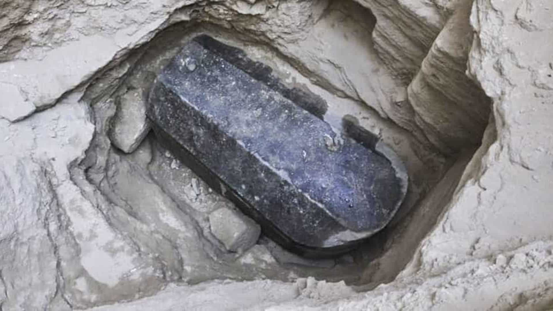 Desafiando alerta da web, arqueólogos abrem sarcófago negro no Egito