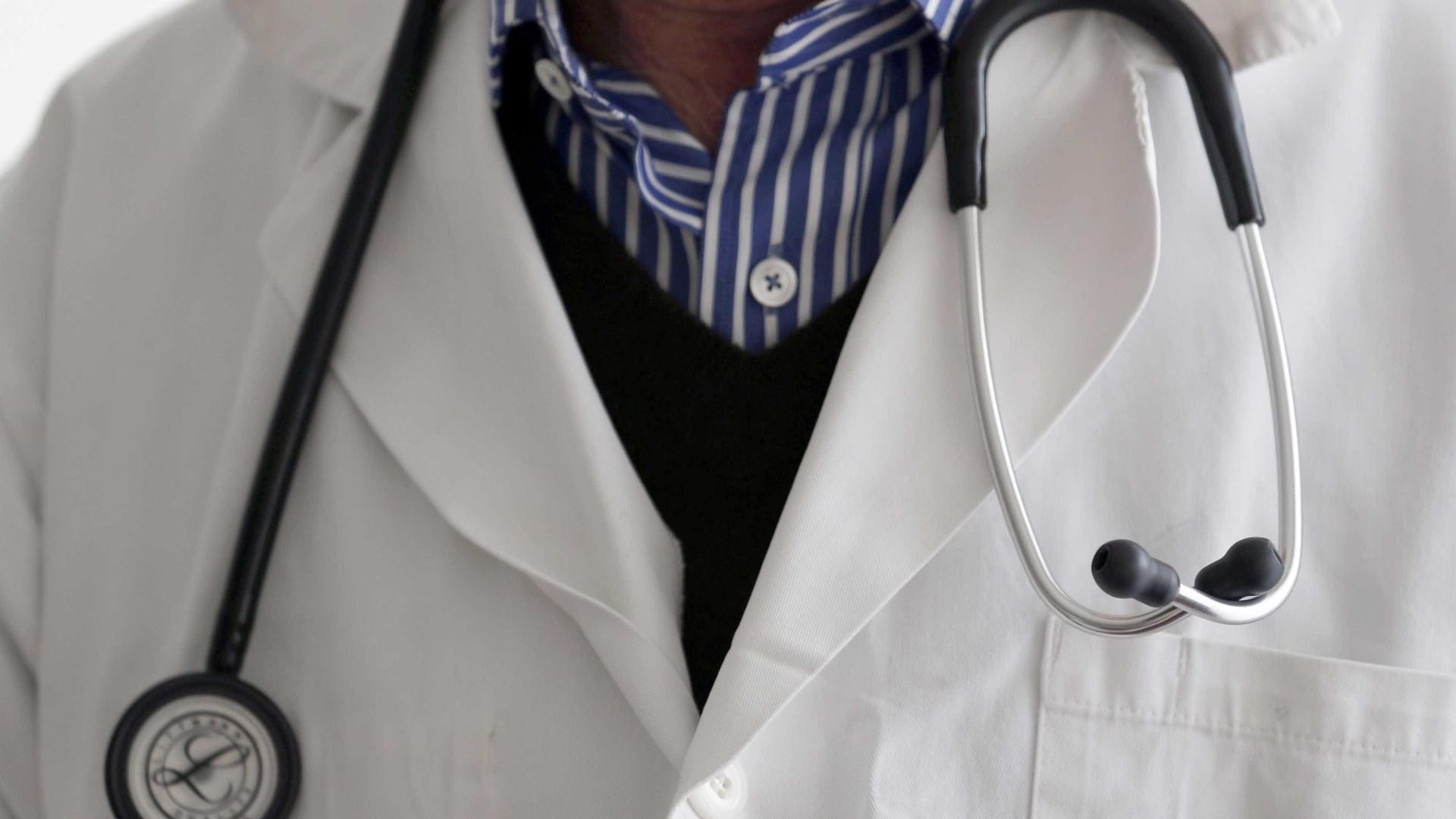 Médico é denunciado por fazer lipo na noiva em hospital público