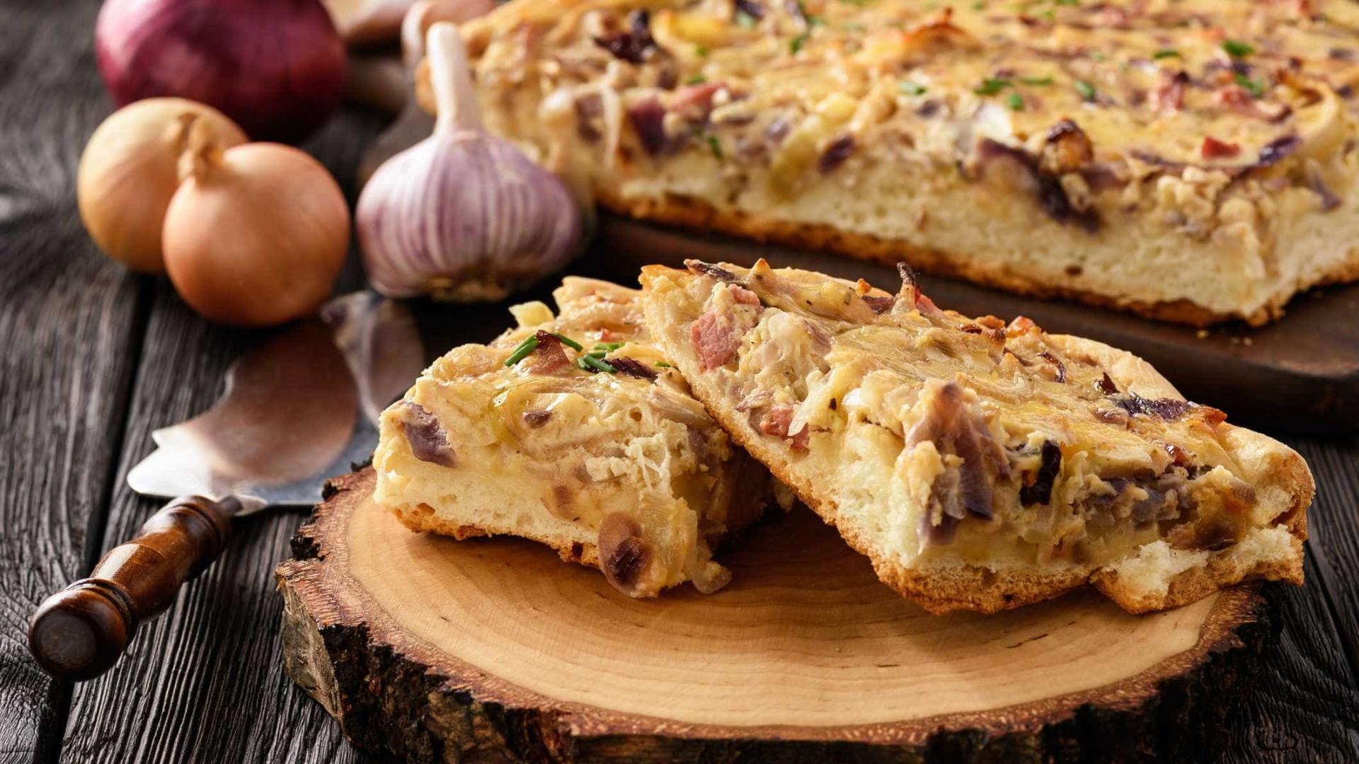 Torta de Cebola com Bacon é a sugestão para o almoço do Dia dos Pais