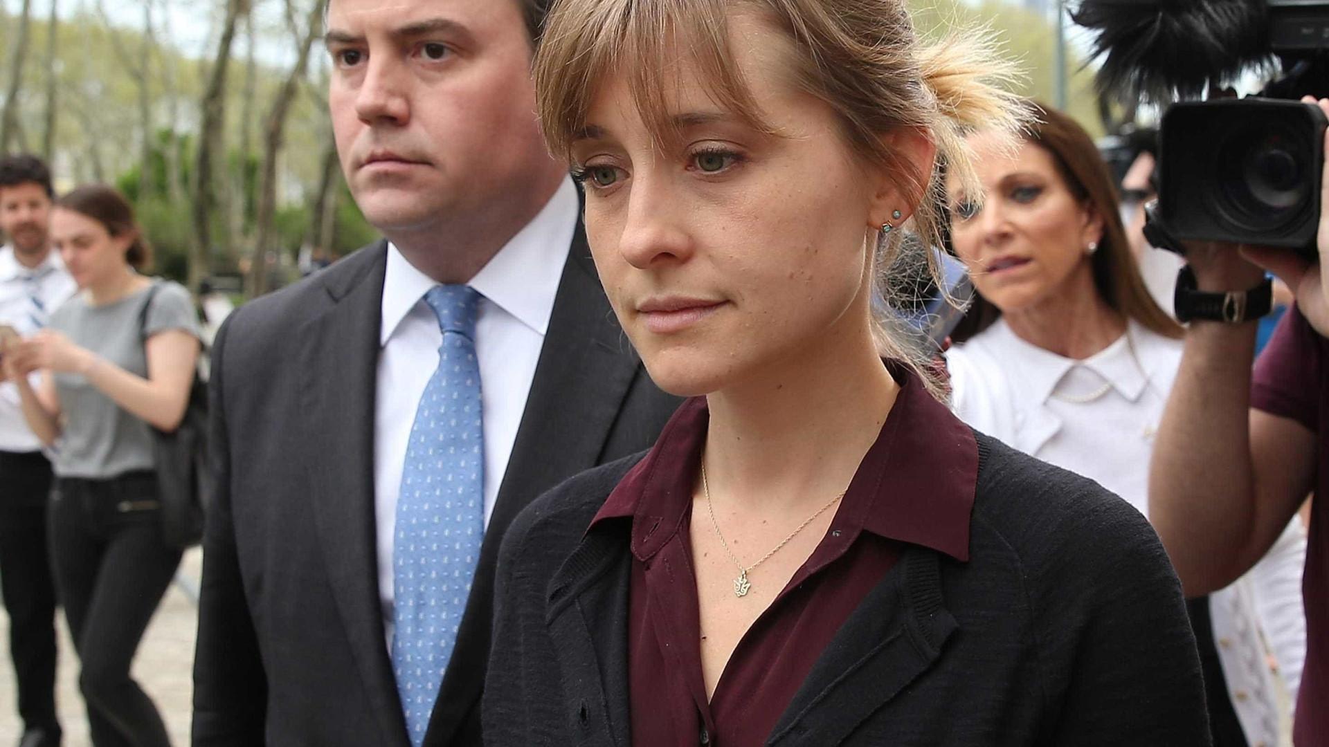 Justiça autoriza a atriz Allison Mack a estudar e frequentar igreja